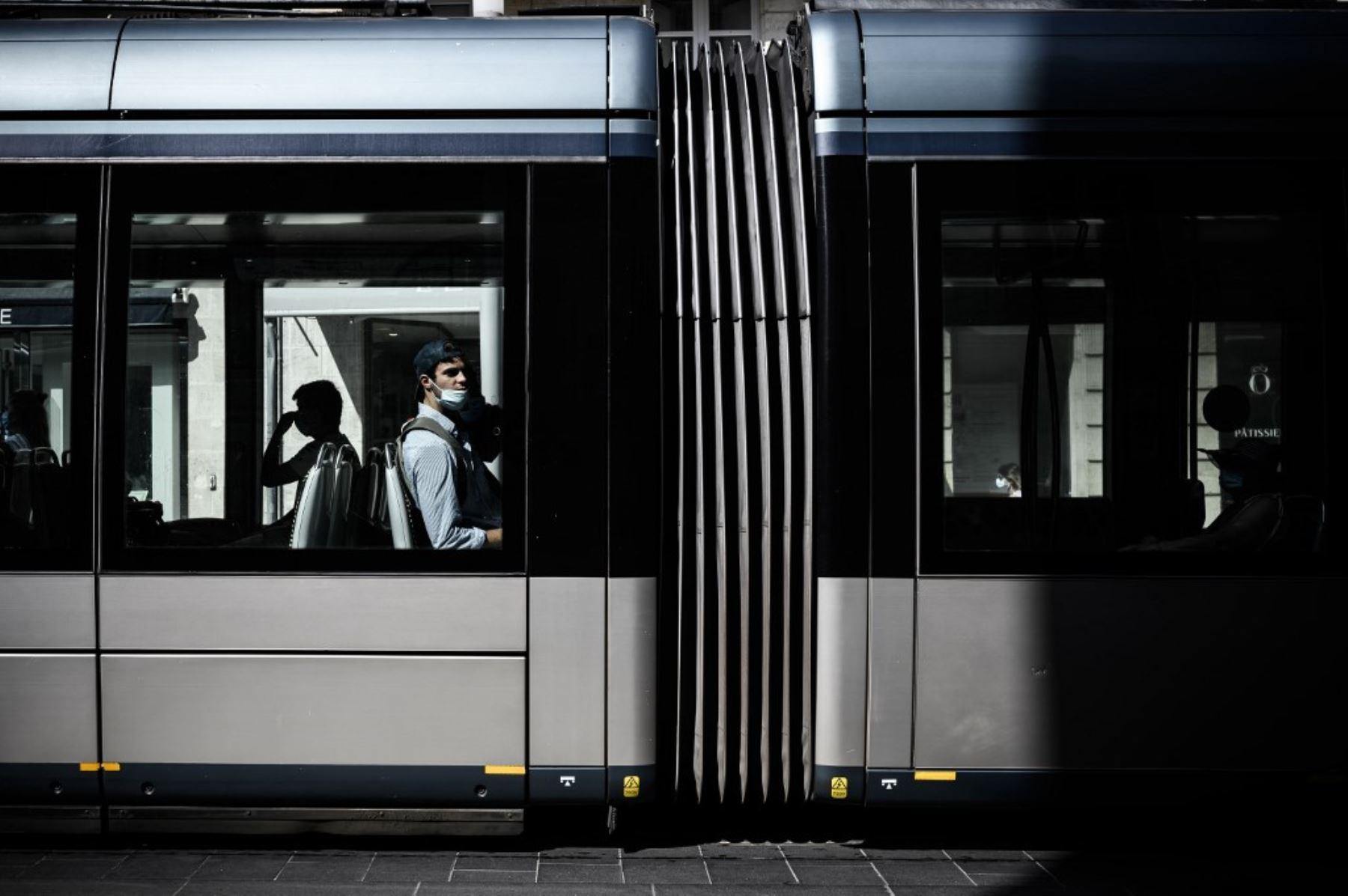 Ciudadanos  con mascarillas se  protegen del covid-19, se movilizan en el tranvía en Burdeos, suroeste de Francia.Foto:AFP