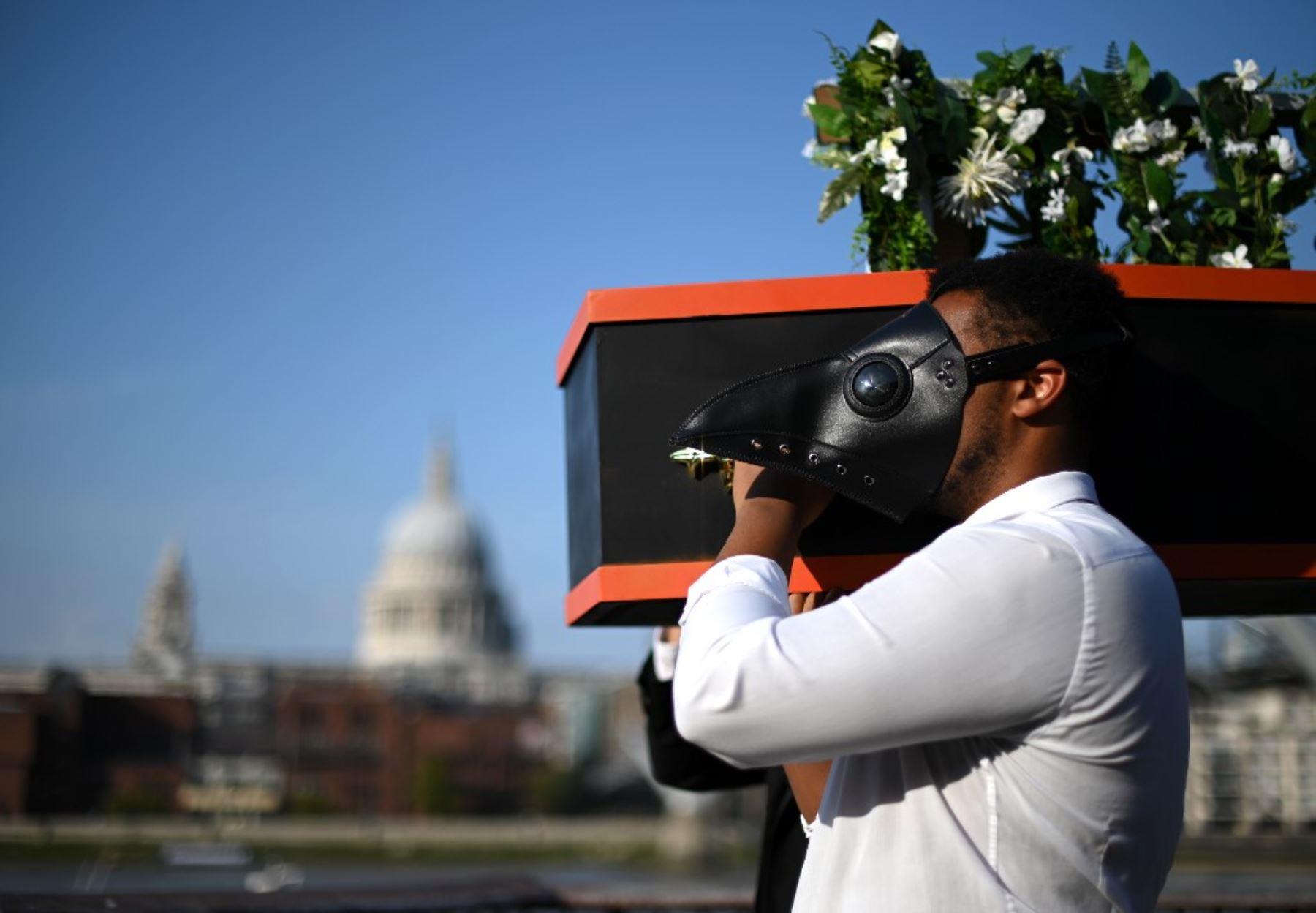 """Los músicos realizan un funeral organizado por la """"muerte"""" de la música en vivo, durante un photocall socialmente distanciado para la próxima producción de"""