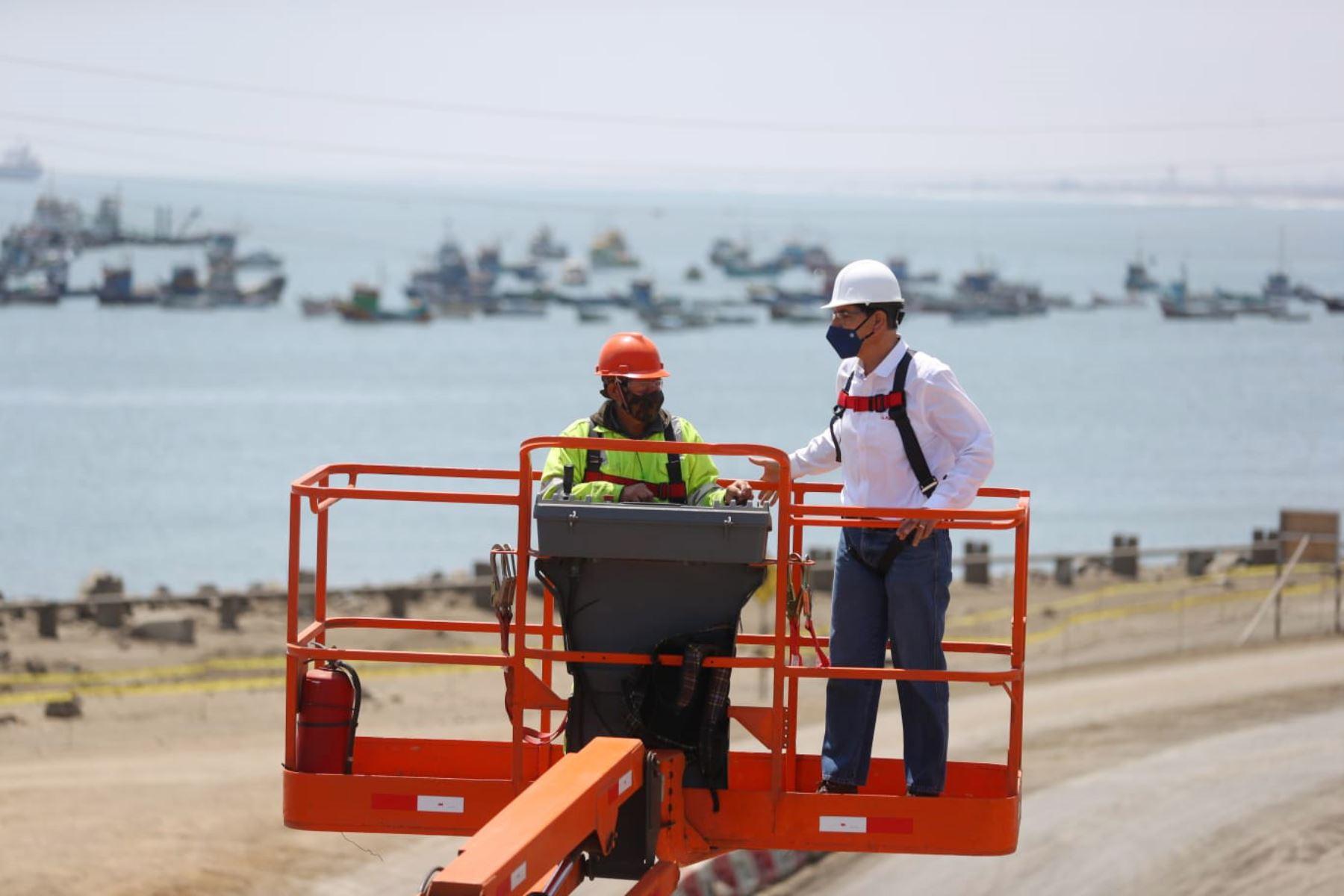 El presidente de la República, Martin Vizcarra  inspecciona los avances de la modernización del Terminal Portuario multipropósito de Salaverry, en la La Libertad. Foto: ANDINA/Prensa Presidencia
