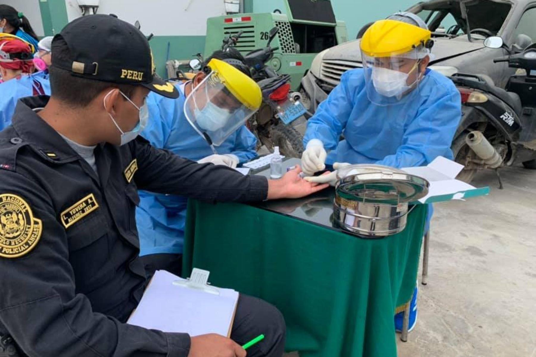 Policías de la provincia de Casma pasaron tamizaje colectivo para detectar covid-19. Solo 9 dieron positivo.