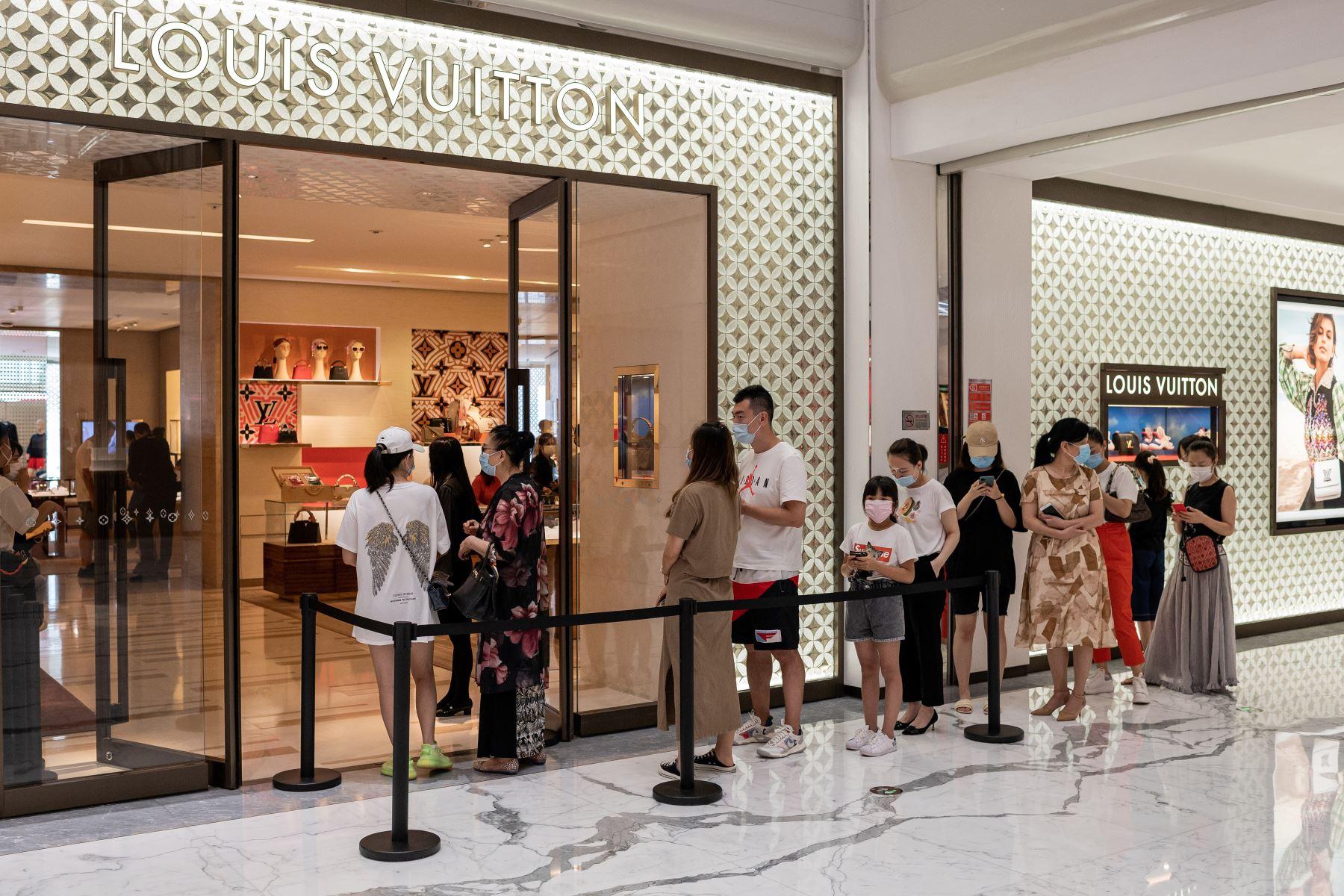 Personas hacen cola para ingresar a una tienda Louis Vuitton, en un centro comercial en Beijing. Foto: AFP