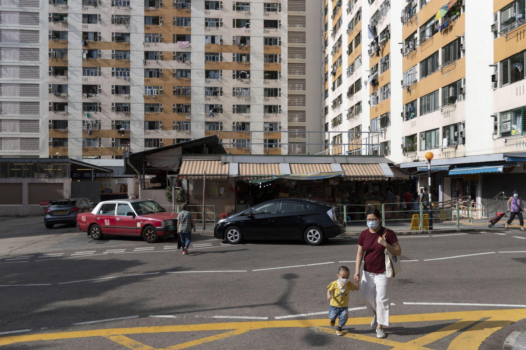 Personas continúan usando mascarillas como medida de precaución contra el coronavirus, en Hong Kong. Foto: AFP