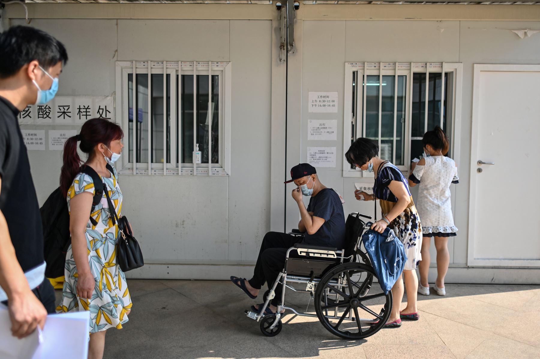 Pacientesusan máscaras faciales se congregan para la prueba del coronavirus, en el Hospital Tongji, en Wuhan, provincia central de Hubei de China. Foto: AFP