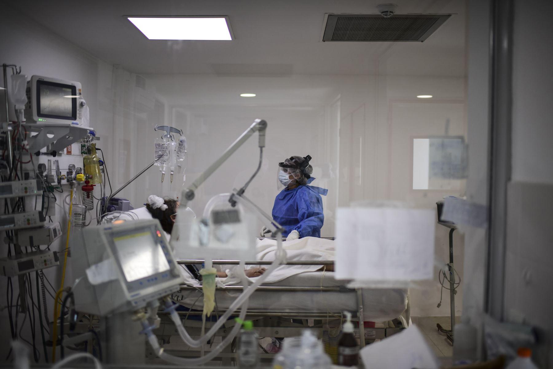 Un médico atiende a un paciente con la enfermedad del nuevo coronavirus, en el Hospital Nacional Profesor Alejandro Posadas, en el municipio de El Palomar, provincia de Buenos Aires. Foto: AFP