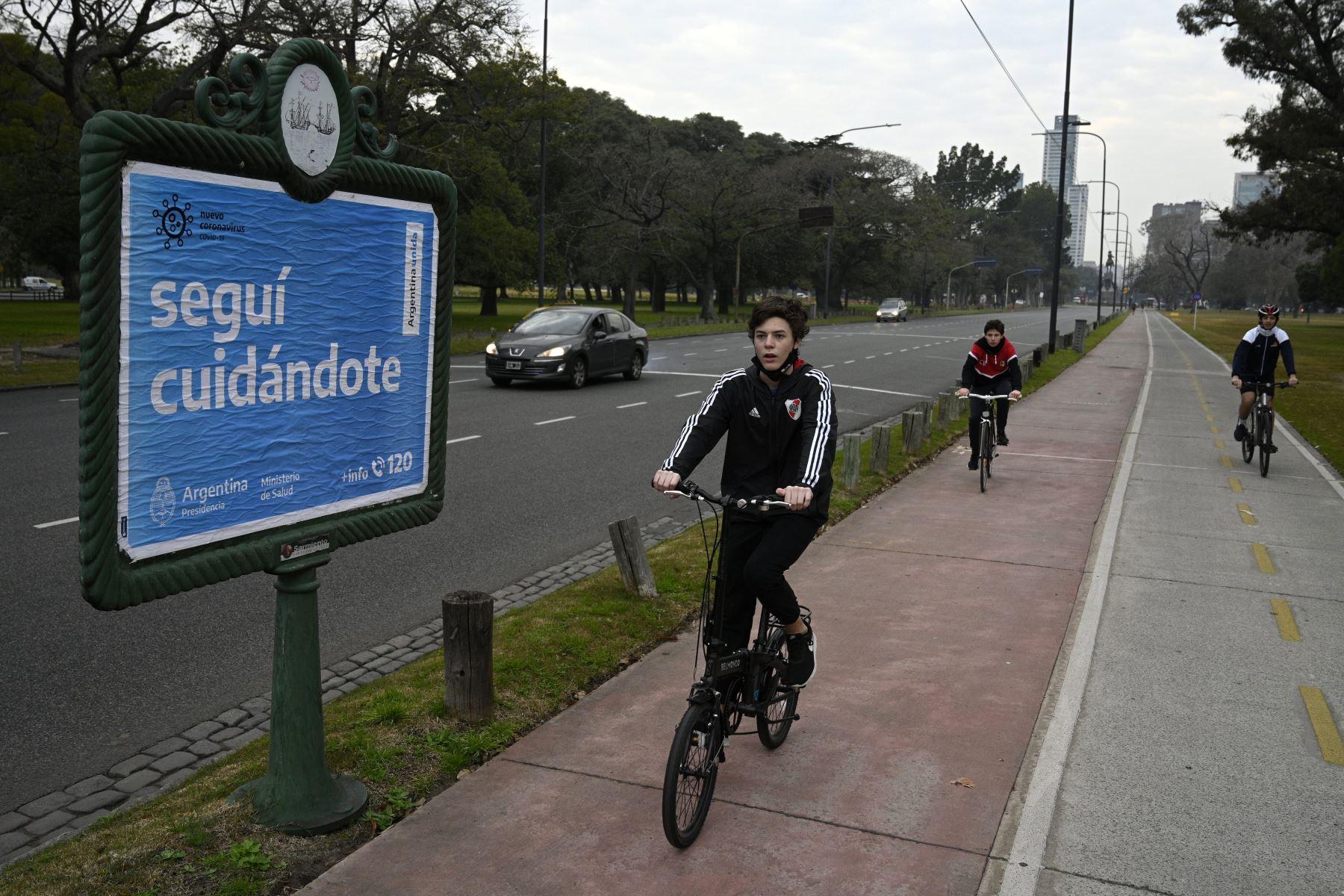 Un grupo de niños andan en bicicleta en el centro de la ciudad de Buenos Aires, Argentina. Foto: AFP