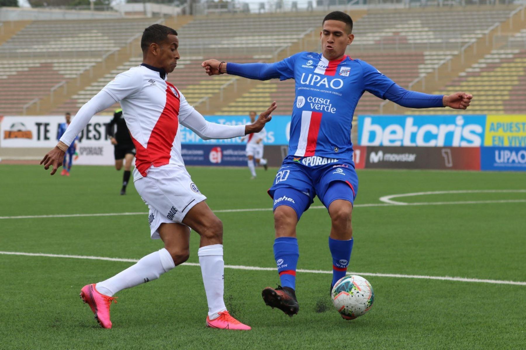 El futbolista K. Moreno del Munnucci se enfrenta a su rival del Deportivo Municipal por la jornada 12 de la Liga 1, en el estadio de San Marcos. Foto: @LigaFutProf