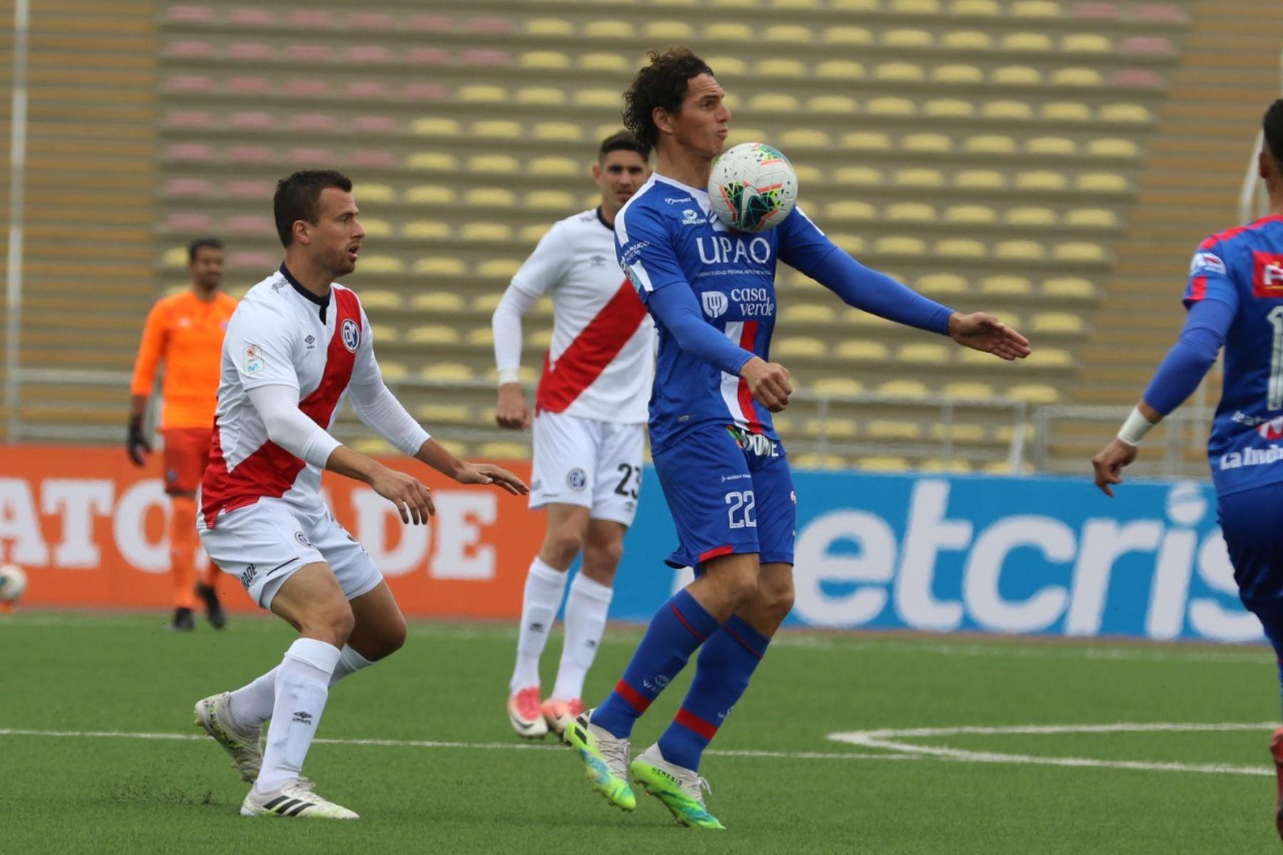 El futbolista J. Fernández del Manucci se enfrenta a su rival del Deportivo Municipal por la jornada 12 de la Liga 1, en el estadio de San Marcos. Foto: @LigaFutProf