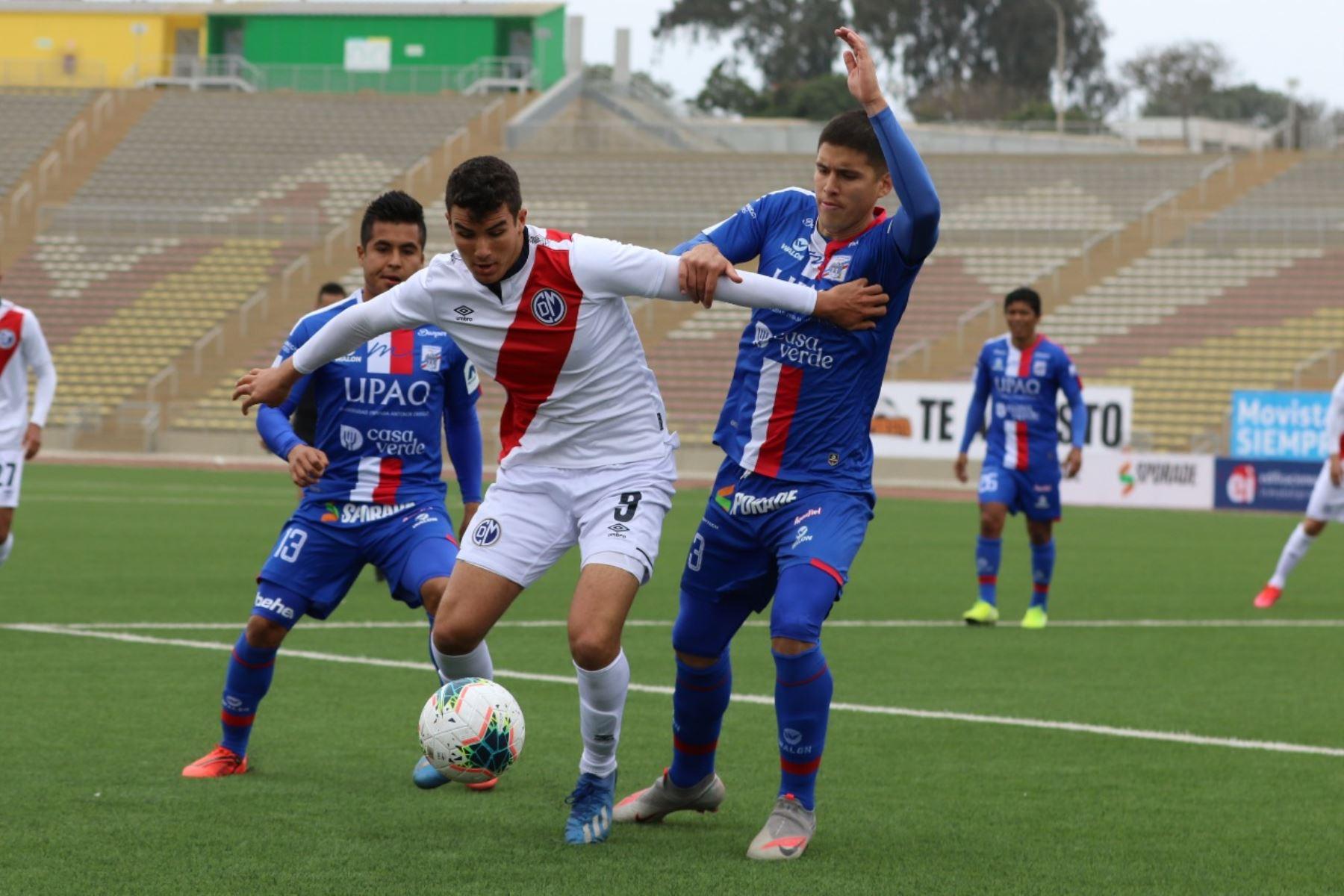 El futbolista M. Succar del Deportivo Municipal se enfrenta a H. Benincasa se enfrentan por el balón durante jornada 12 de la Liga 1, en el estadio de San Marcos. Foto: @LigaFutProf