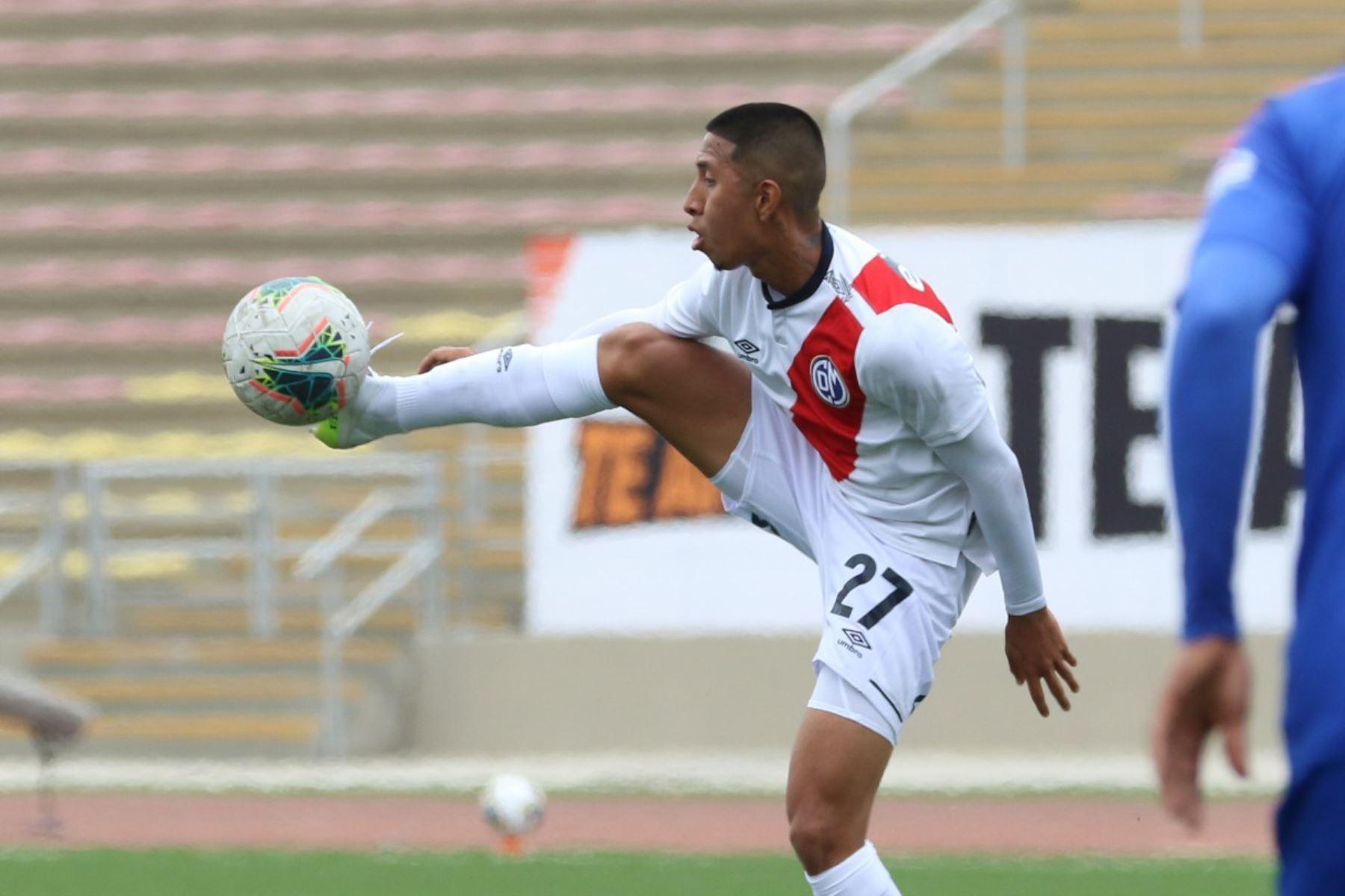 El futbolista R. Vilca del Deportivo Municipal detiene el balón durante partido contra Mannucci por la jornada 12 de la Liga 1, en el estadio de San Marcos. Foto: @LigaFutProf