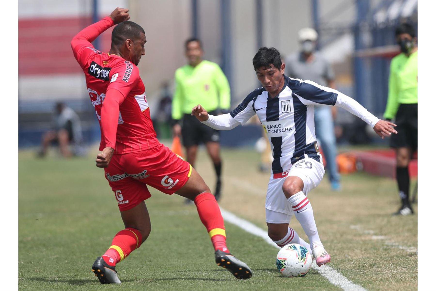 El futbolista D. Caro de Alianza Lima se enfrenta a su rival del Sport Huancayo por la jornada 12 de la Liga 1, en el estadio de San Marcos. Foto: @LigaFutProf