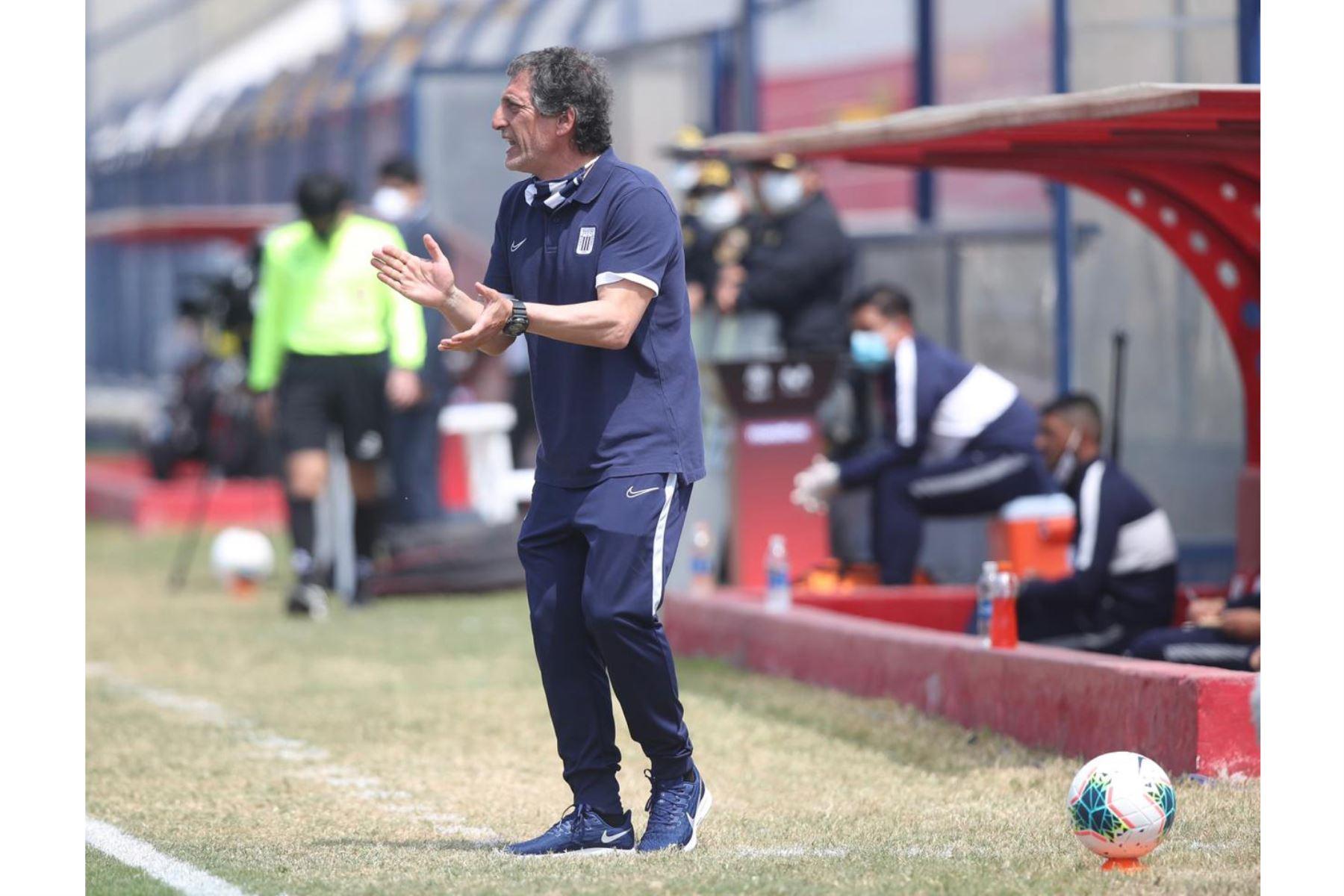 Mario Salas, DT de Alianza Lima alienta a su equipo durante su encuentro ante Sport Huancayo por la jornada 12 de la Liga 1. Foto: @LigaFutProf