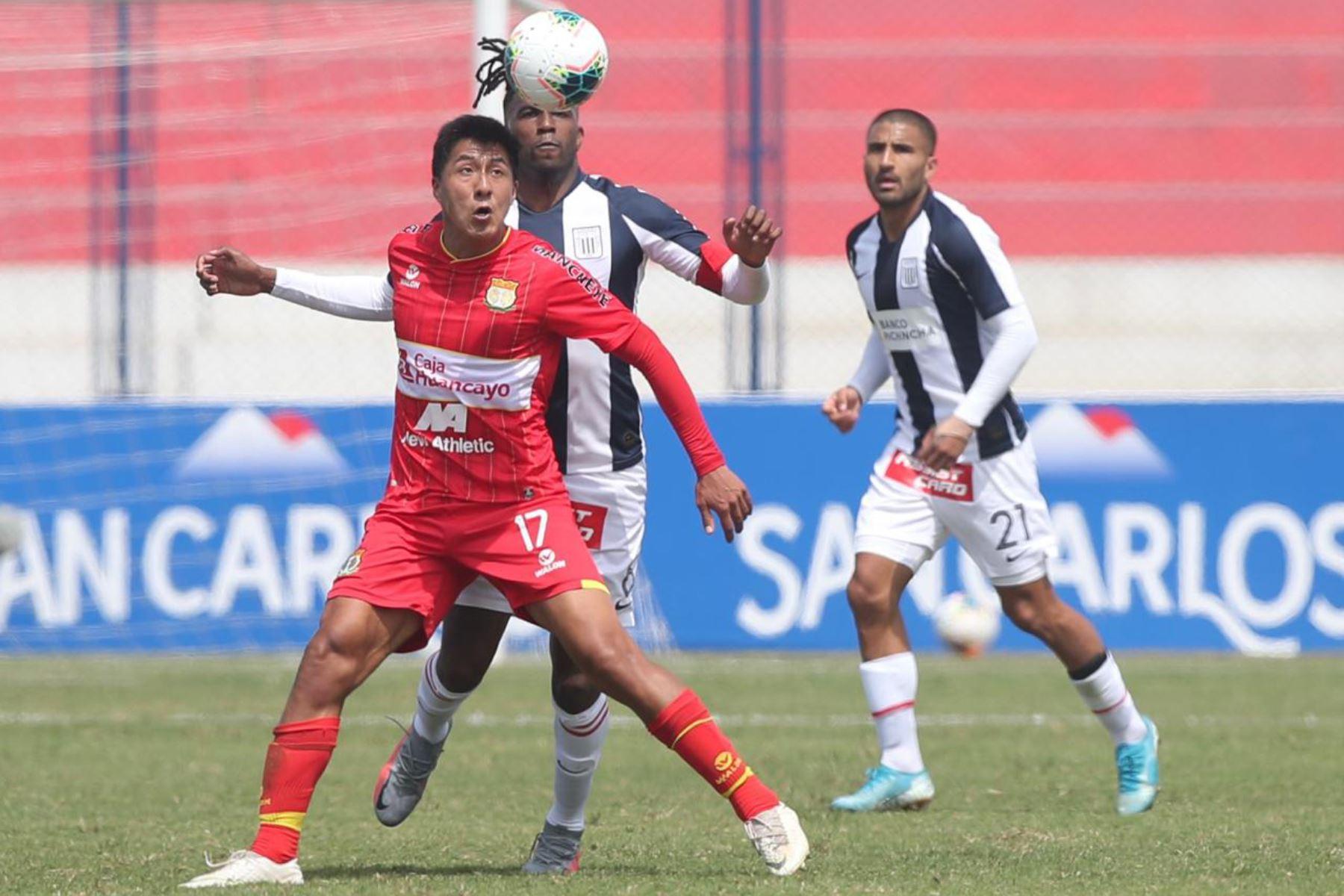 El futbolista L. Villar del Sport Huancayo se enfrenta por el balón ante su rival de Alianza Lima jornada 12 de la Liga 1, en elestadio Iván Elías Moreno de Villa El Salvador. Foto: @LigaFutProf