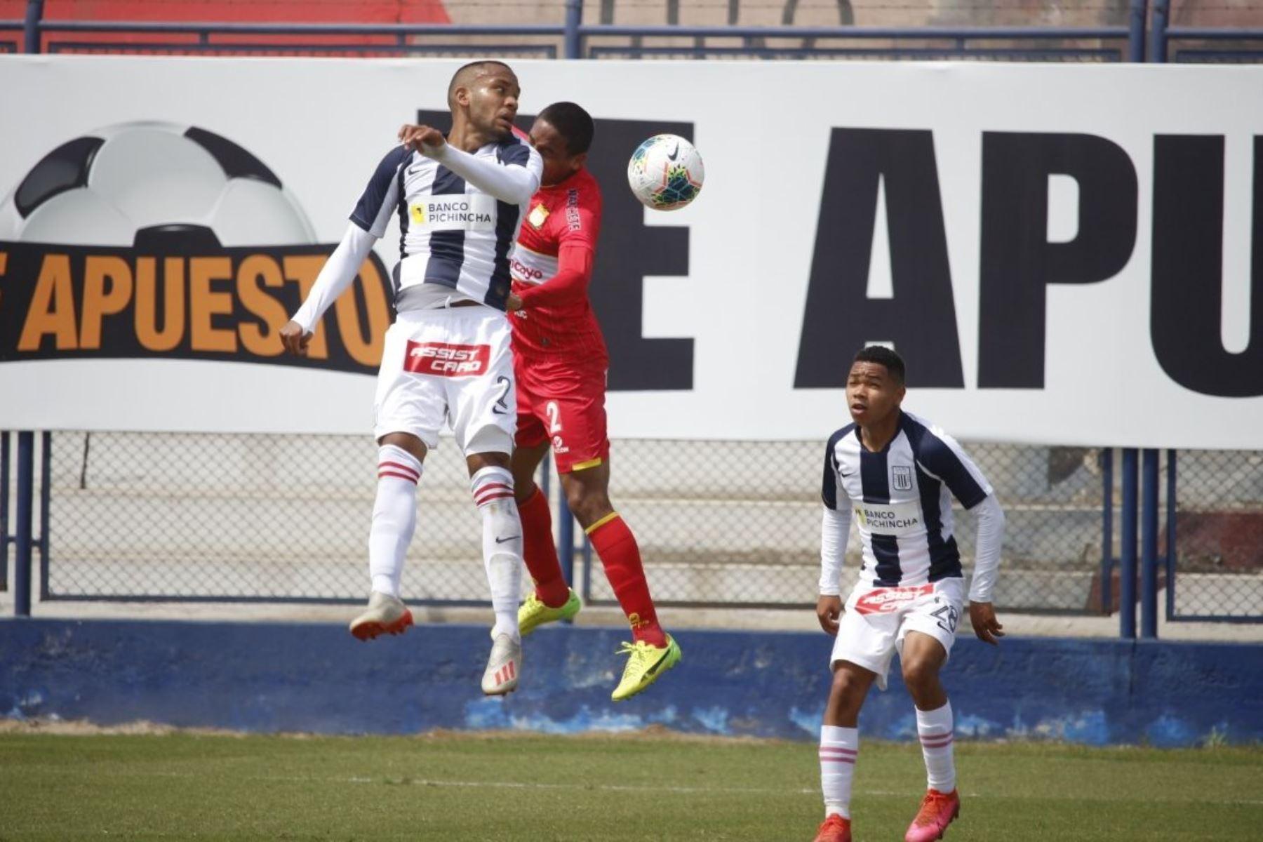 El futbolista H. Salazar de Alianza Lima se enfrenta por el balón ante H. Angeles de Sport Huancayo durante la jornada 12 de la Liga 1, en elestadio Iván Elías Moreno de Villa El Salvador. Foto: @LigaFutProf