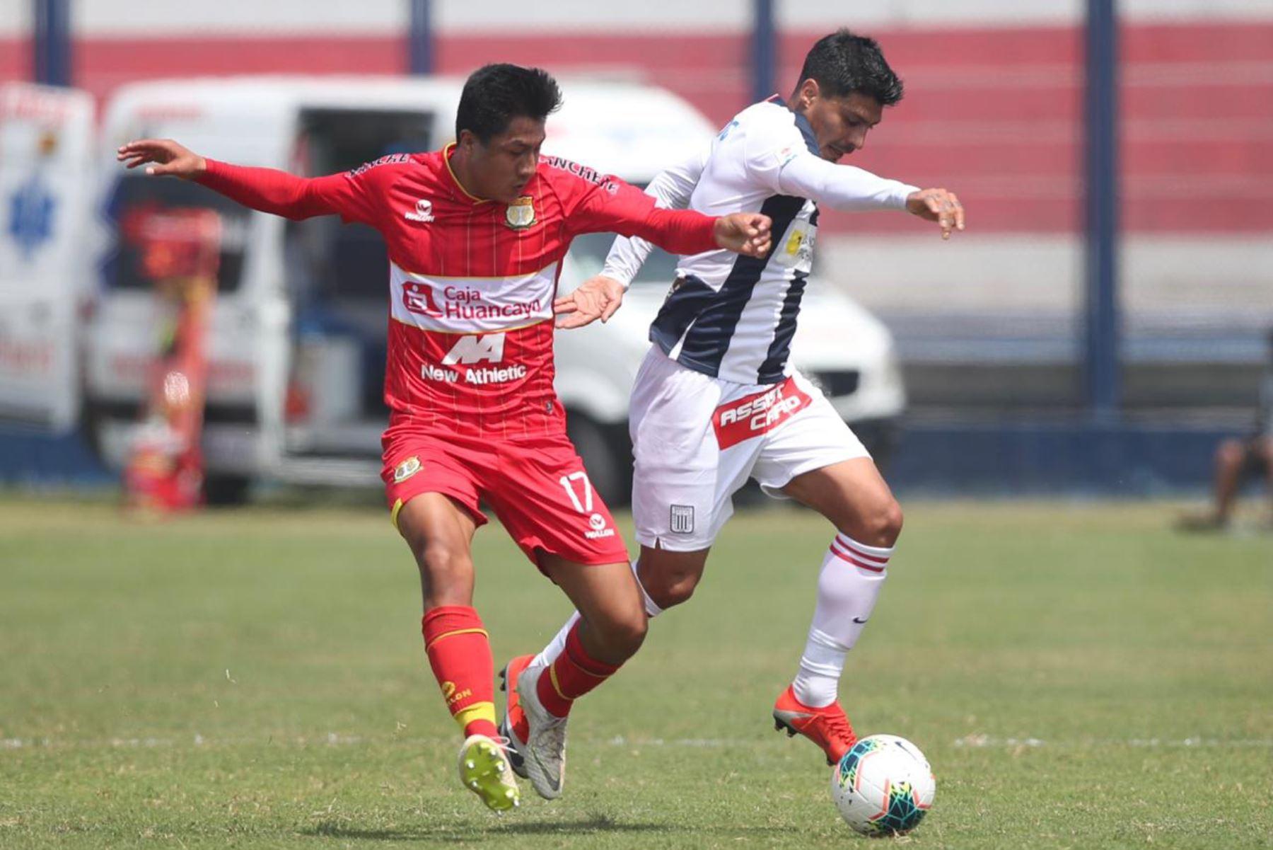 El futbolista L. Villar del Sport Huancayo se enfrenta por el balón ante su rival de Alianza Lima por la jornada 12 de la Liga 1, en elestadio Iván Elías Moreno de Villa El Salvador. Foto: @LigaFutProf
