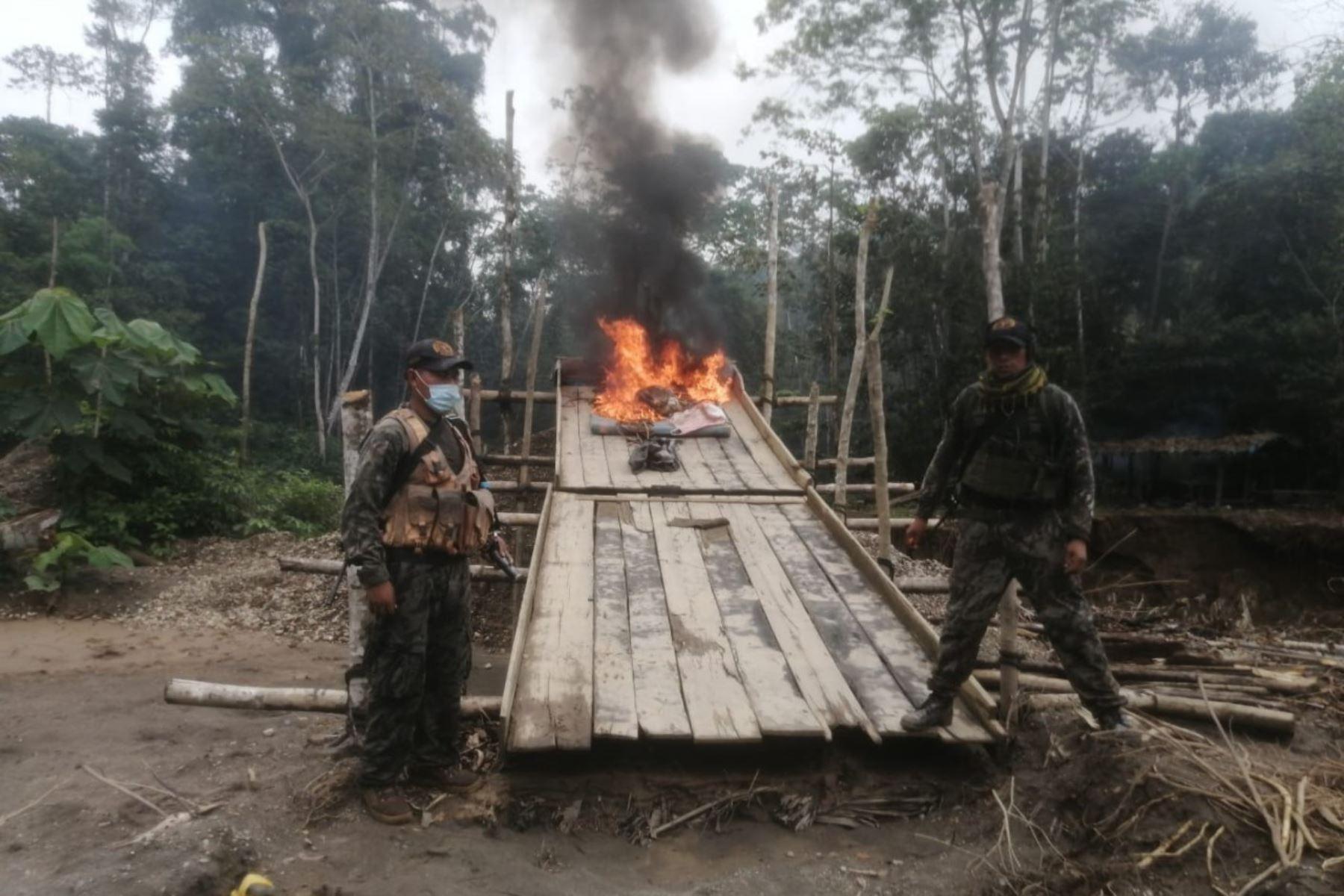 """Como parte de la lucha contra la minería ilegal,  patrullas mixtas e integradas de las Fuerzas Armadas (FF.AA.) y la Policía Nacional  del Perú (PNP) intervinieron el día 18 de setiembre en la zona de """"La Pampa"""", en la  región de Madre de Dios, dos campamentos e incautaron gran cantidad de  maquinaria e insumos destinados para esta actividad ilícita. Foto: Mindef"""