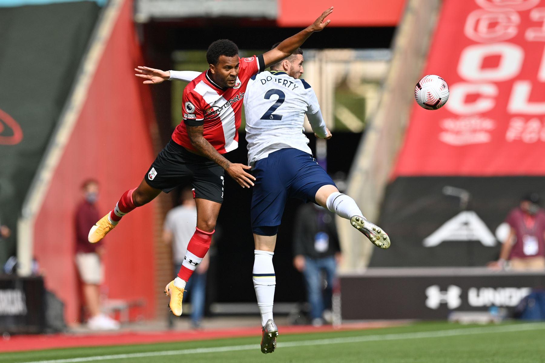 El defensor inglés de Southampton, Ryan Bertrand, compite con el defensor irlandés de Tottenham Hotspur, Matt Doherty, durante el partido de fútbol de la Premier League. Foto: AFP