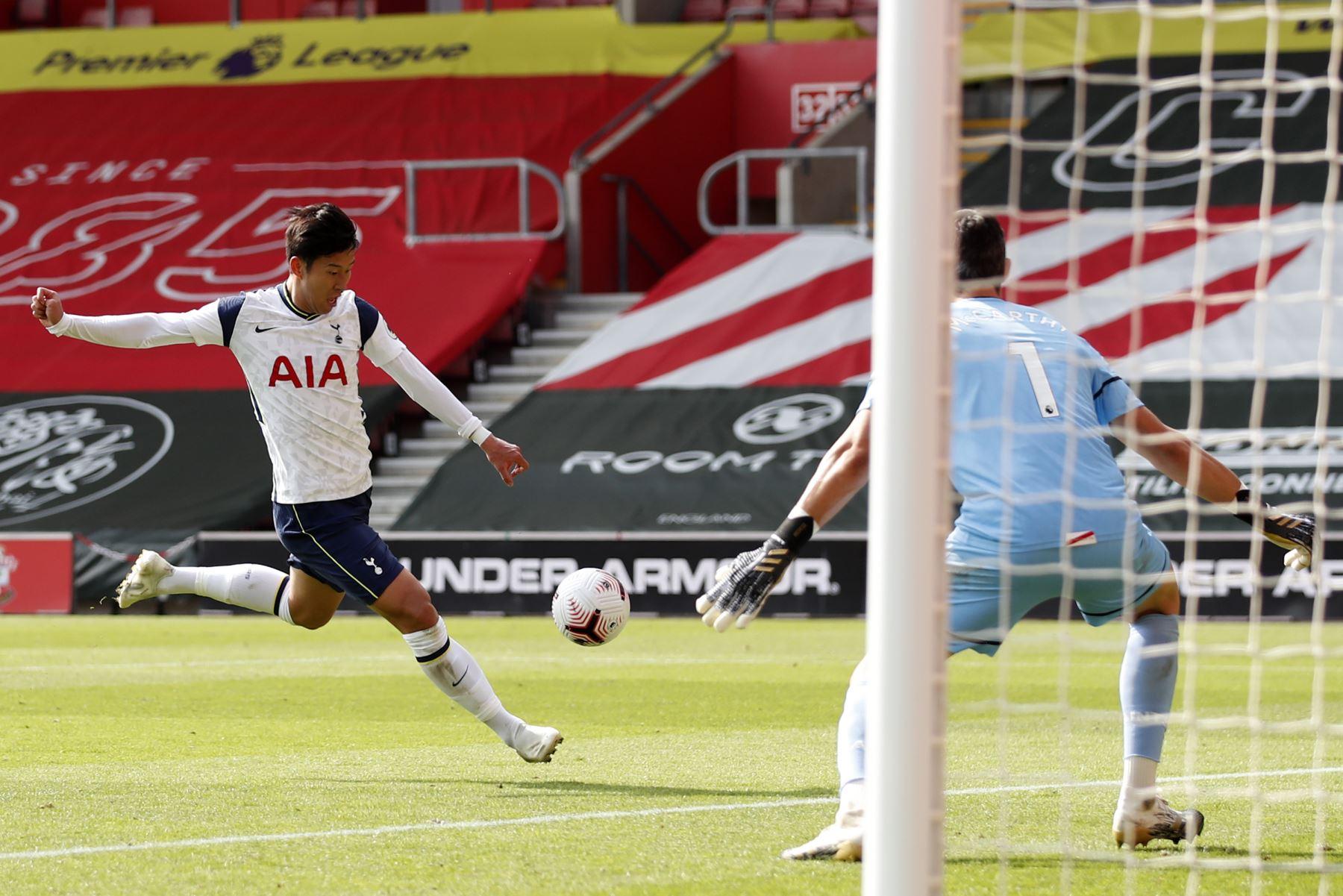 El delantero surcoreano del Tottenham Hotspur, Son Heung-Min, dispara para anotar su cuarto gol durante el partido de fútbol de la Premier League