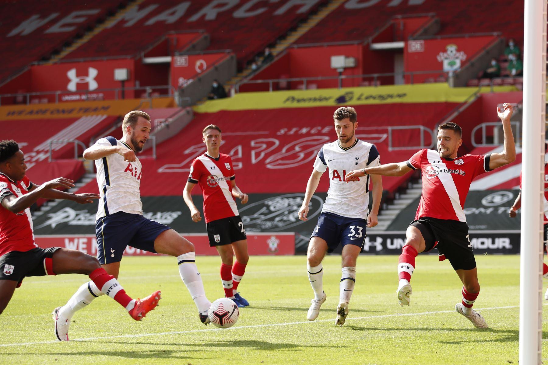 El delantero inglés del Tottenham Hotspur, Harry Kane, dispara para anotar el quinto gol de su equipo durante el partido de fútbol de la Premier League. Foto: AFP