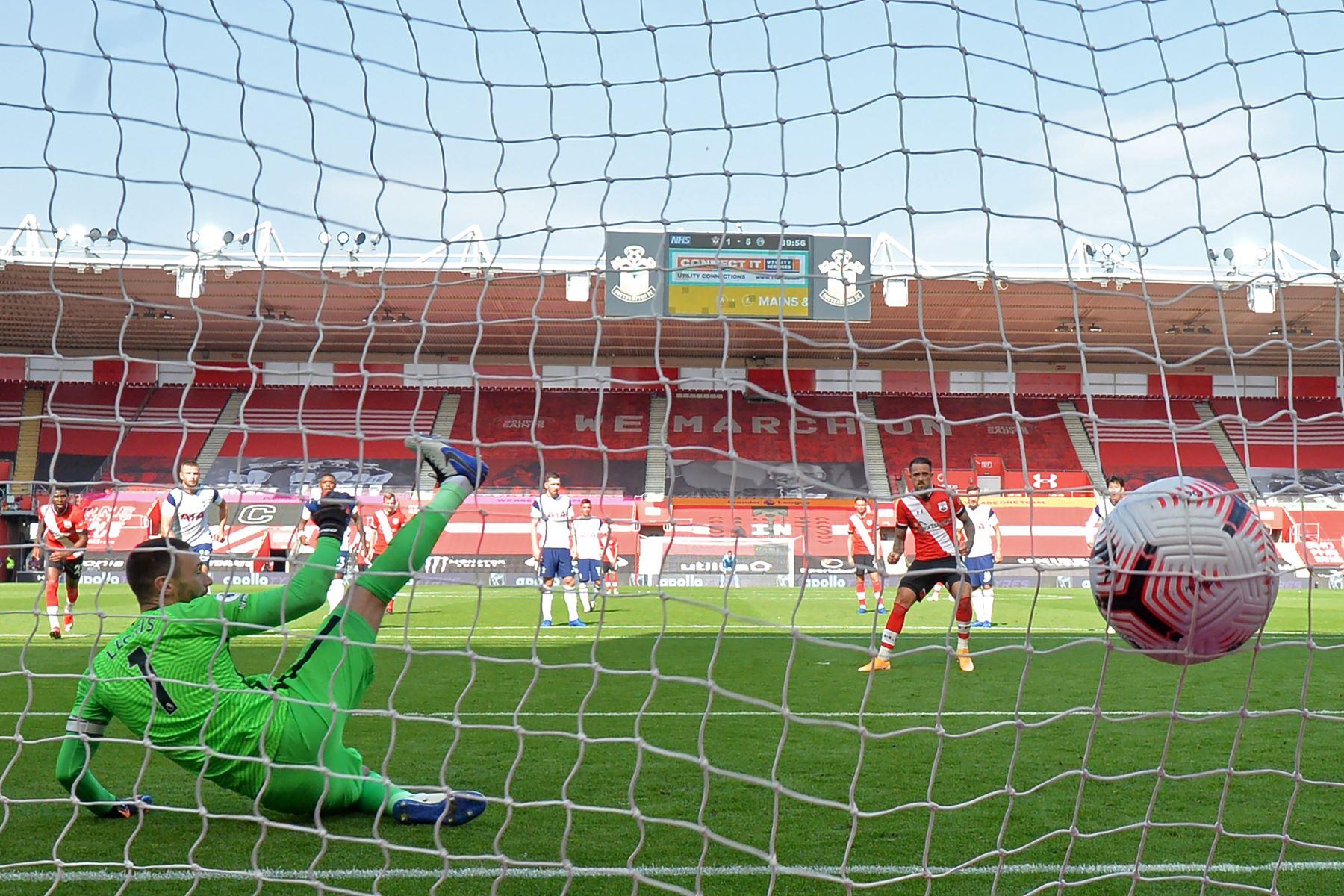 El delantero inglés de Southampton, Danny Ings, anota el segundo gol de su equipo desde el punto de penalti durante el partido de fútbol de la Premier League. Foto: AFP