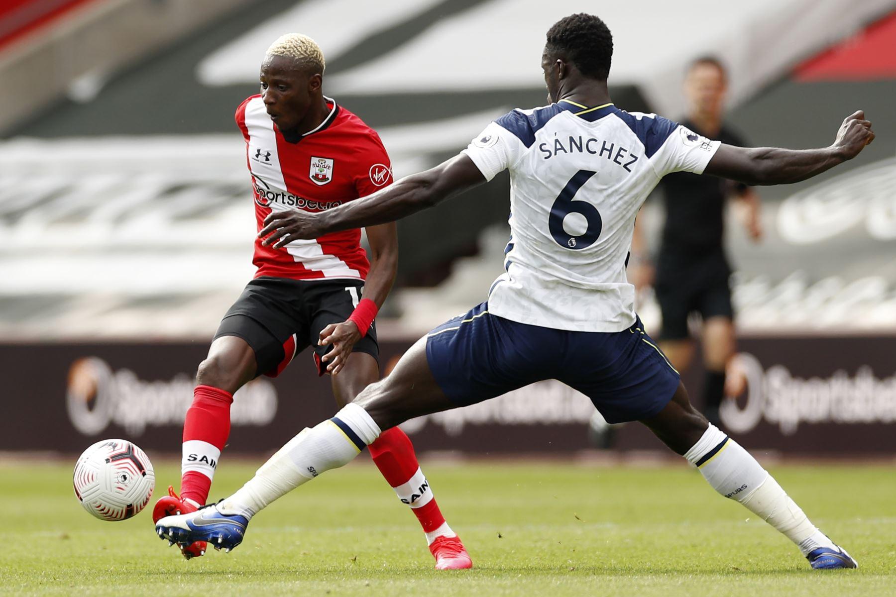 El mediocampista de Southampton, Moussa Djenepo, compite con el defensor del Tottenham Hotspur, Davinson Sanchez, durante el partido de fútbol de la Premier League. Foto: AFP