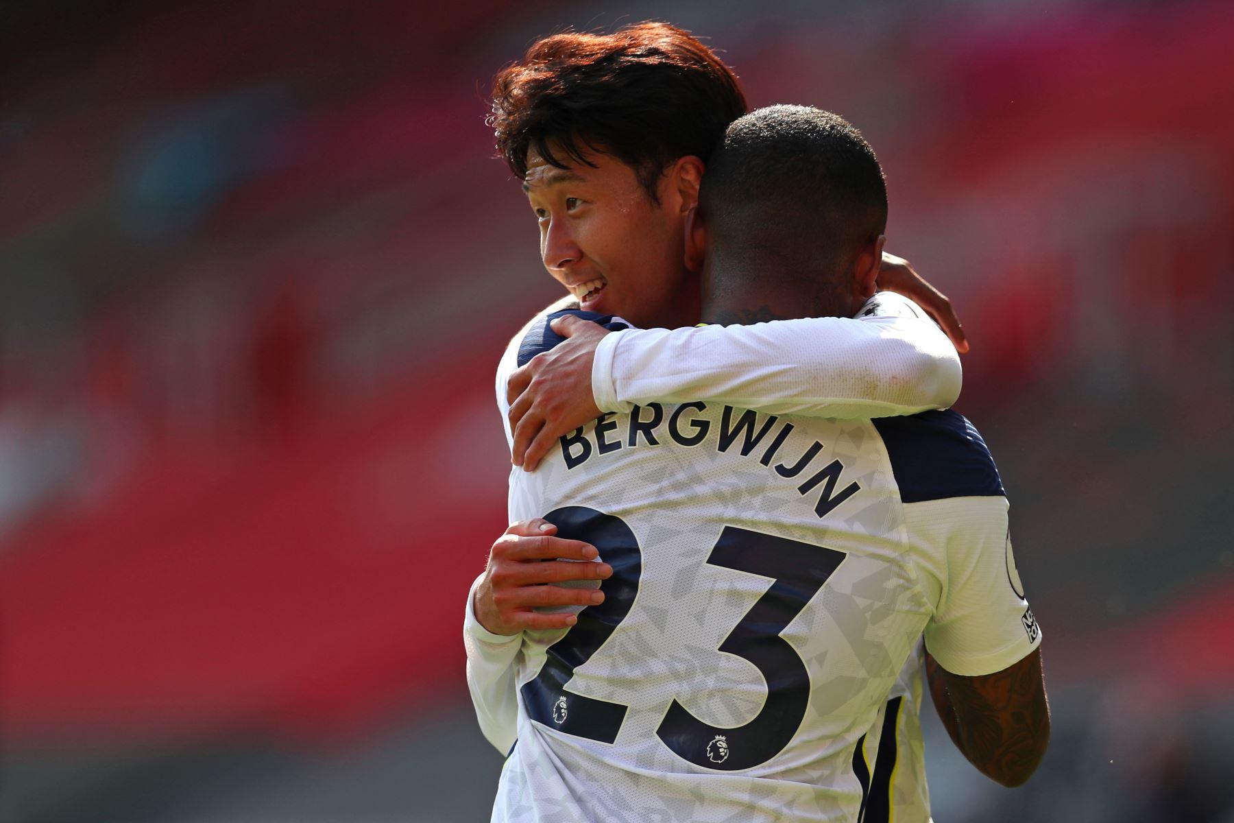 El delantero surcoreano del Tottenham Hotspur, Son Heung-Min, abraza al mediocampista holandés del Tottenham Hotspur, Steven Bergwijn, en el campo después del partido de fútbol de la Premier League. Foto: AFP