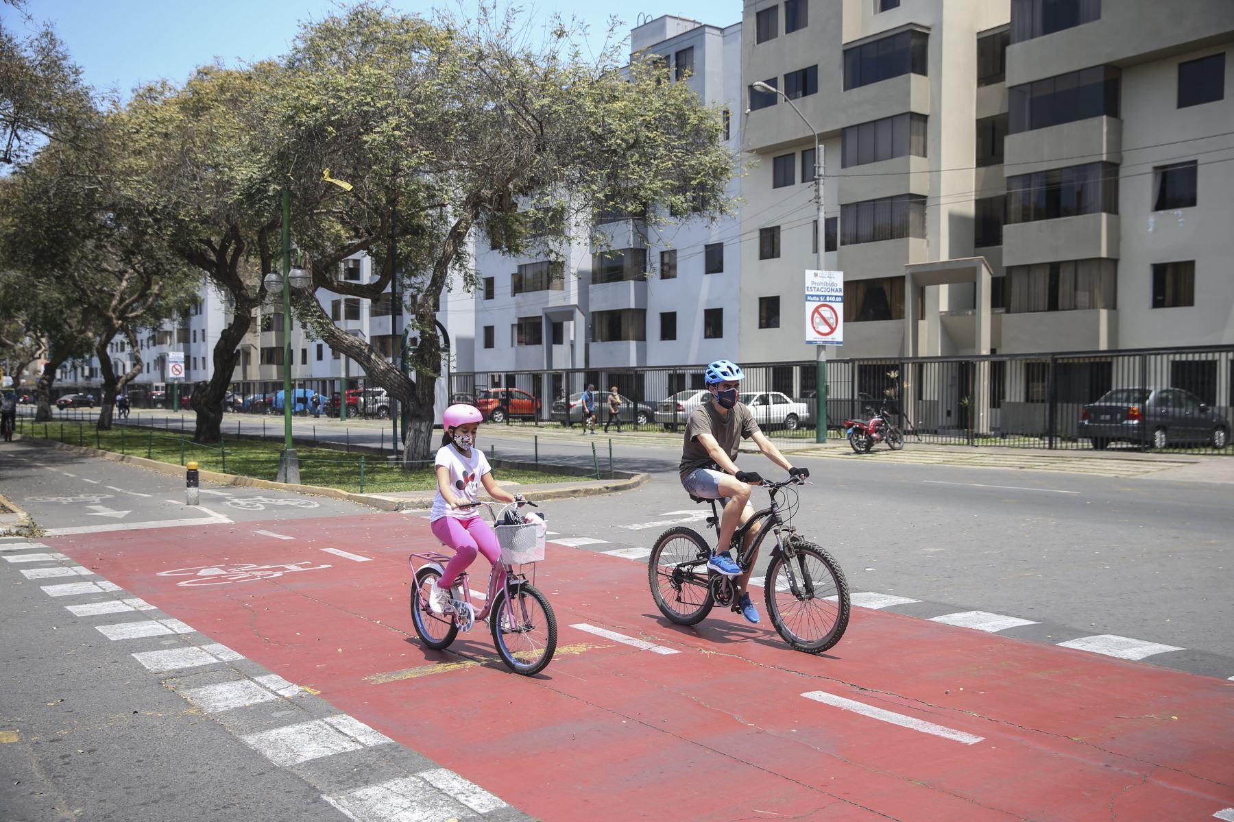 Ciudadanos se desplazan en bicicleta en avenida Salaverry este domingo tras levantamiento de inmovilización social obligatoria. Foto: ANDINA/Jhonel Rodríguez
