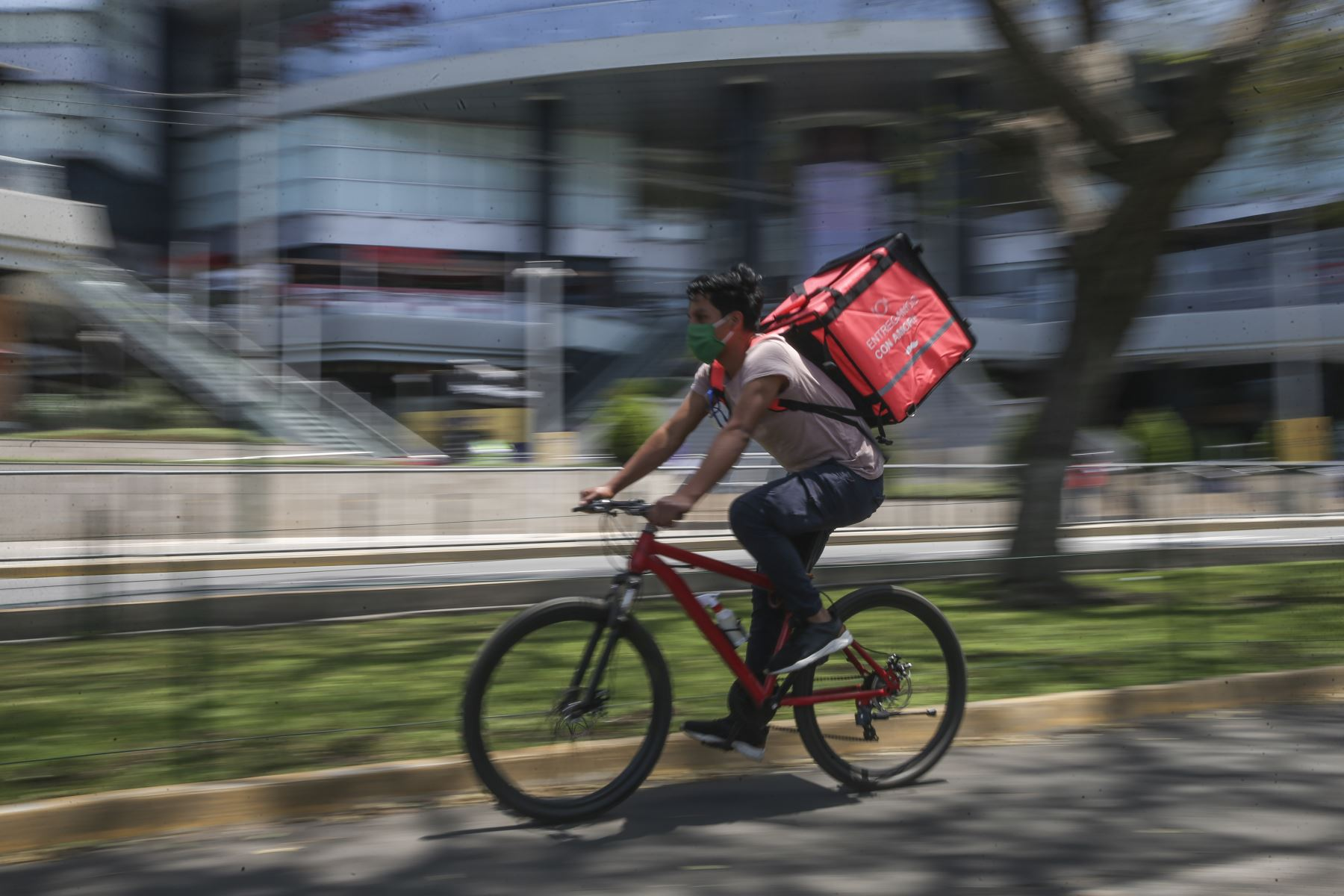 Un trabajador de servicio de delivery se desplaza por la avenida Salaverry este domingo tras levantamiento de inmovilización social obligatoria. Foto: ANDINA/Jhonel Rodríguez
