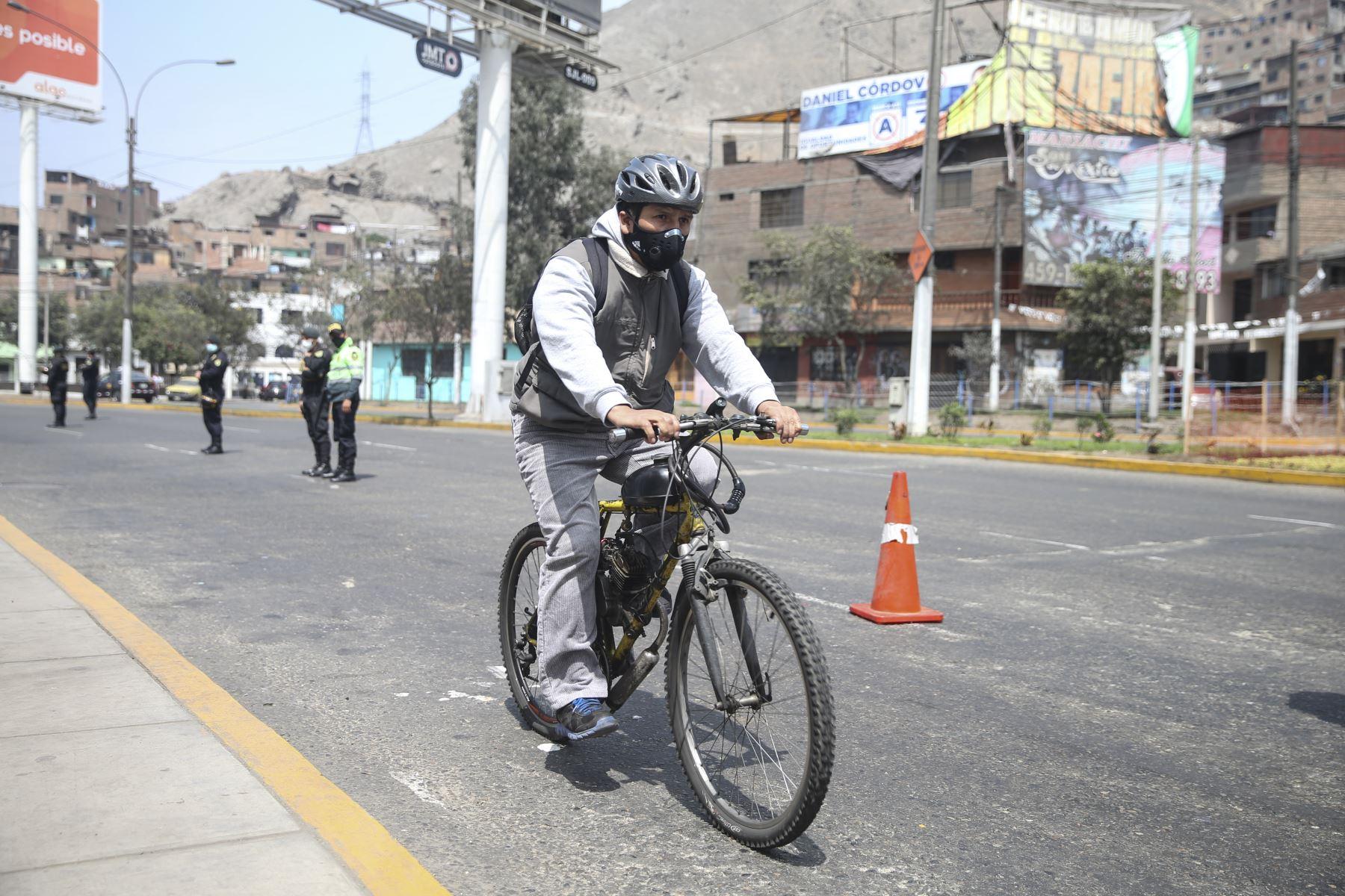 Ciudadanos se desplazan en bicicleta por San Juan de Lurigancho, este domingo tras levantamiento de inmovilización social obligatoria. Foto: ANDINA/Jhonel Rodríguez