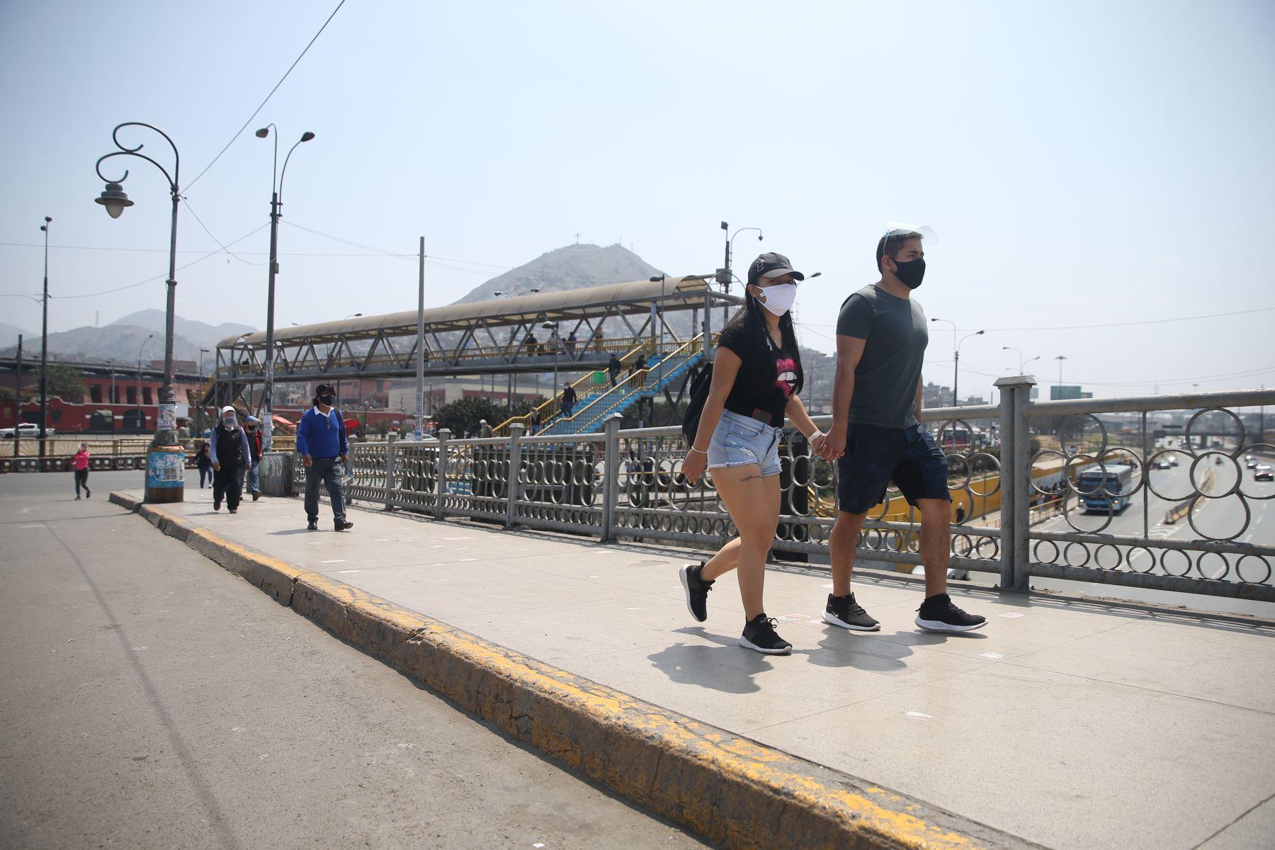 Personas transitan por el puente Acho este domingo tras levantamiento este domingo tras levantamiento de inmovilización social obligatoria. Foto: ANDINA/Jhonel Rodríguez