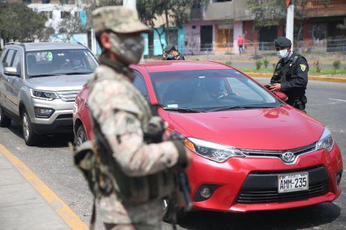 Policía y Fuerzas Armadas, supervisan las acciones de control vehicular el la capital tras levantamiento de la inmovilización social obligatoria de los domingos. Foto: ANDINA/Jhonel Rodríguez
