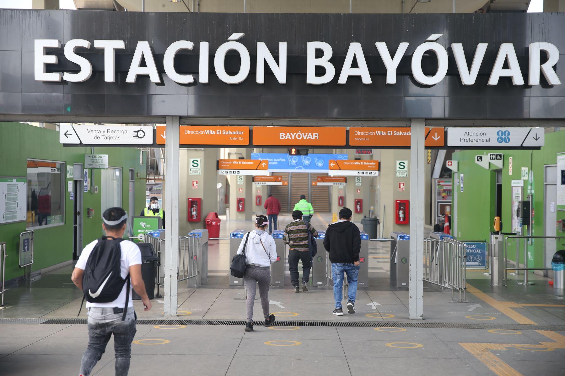 Ciudadanos ingresan a la estación Bayovar en San Juan de Lurigancho este domingo tras levantamiento de inmovilización social obligatoria. Foto: ANDINA/Jhonel Rodríguez