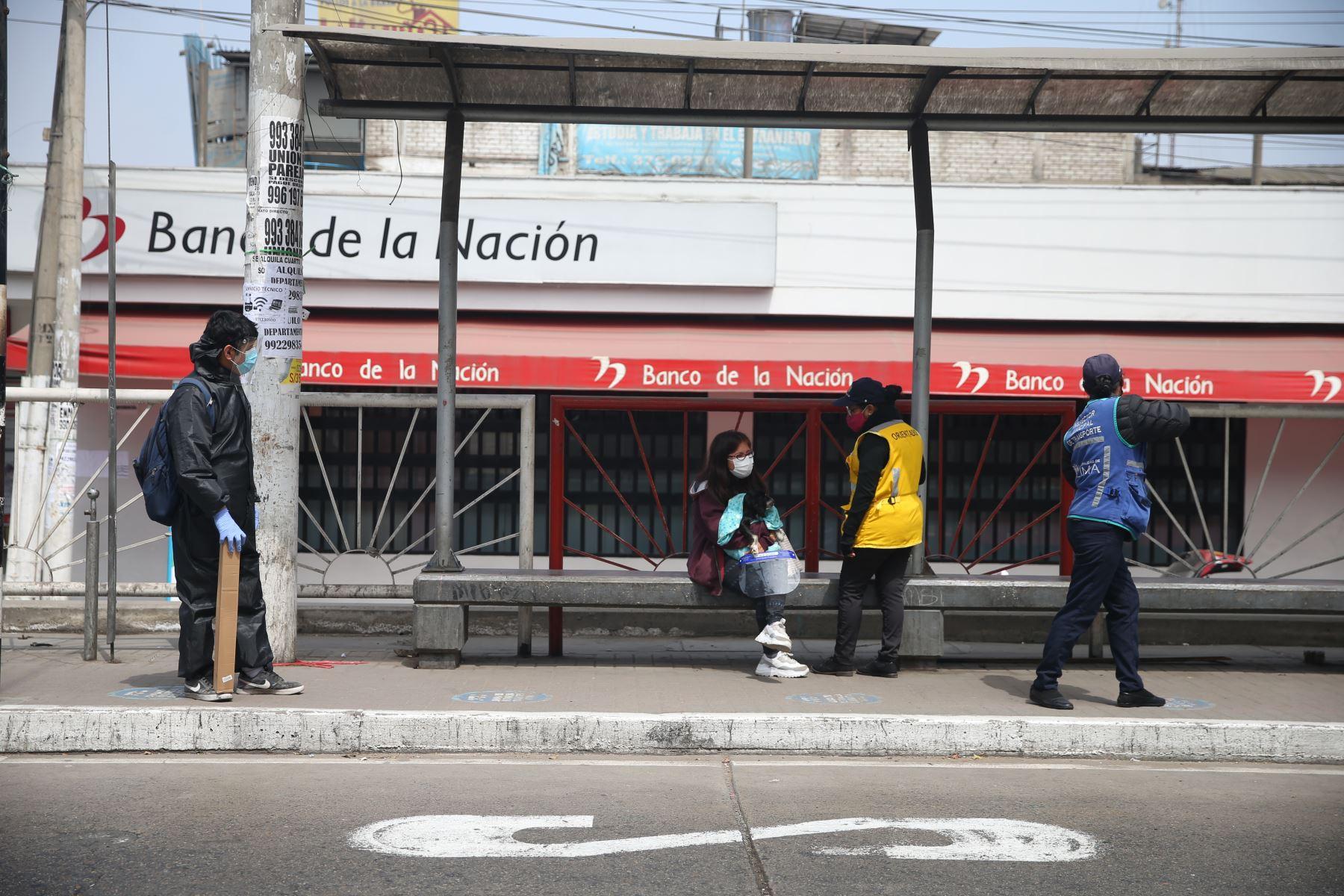 Un grupo de personas espera la llegada de bus en un paradero de San Juan de Lurigancho. Foto: ANDINA/Jhonel Rodríguez