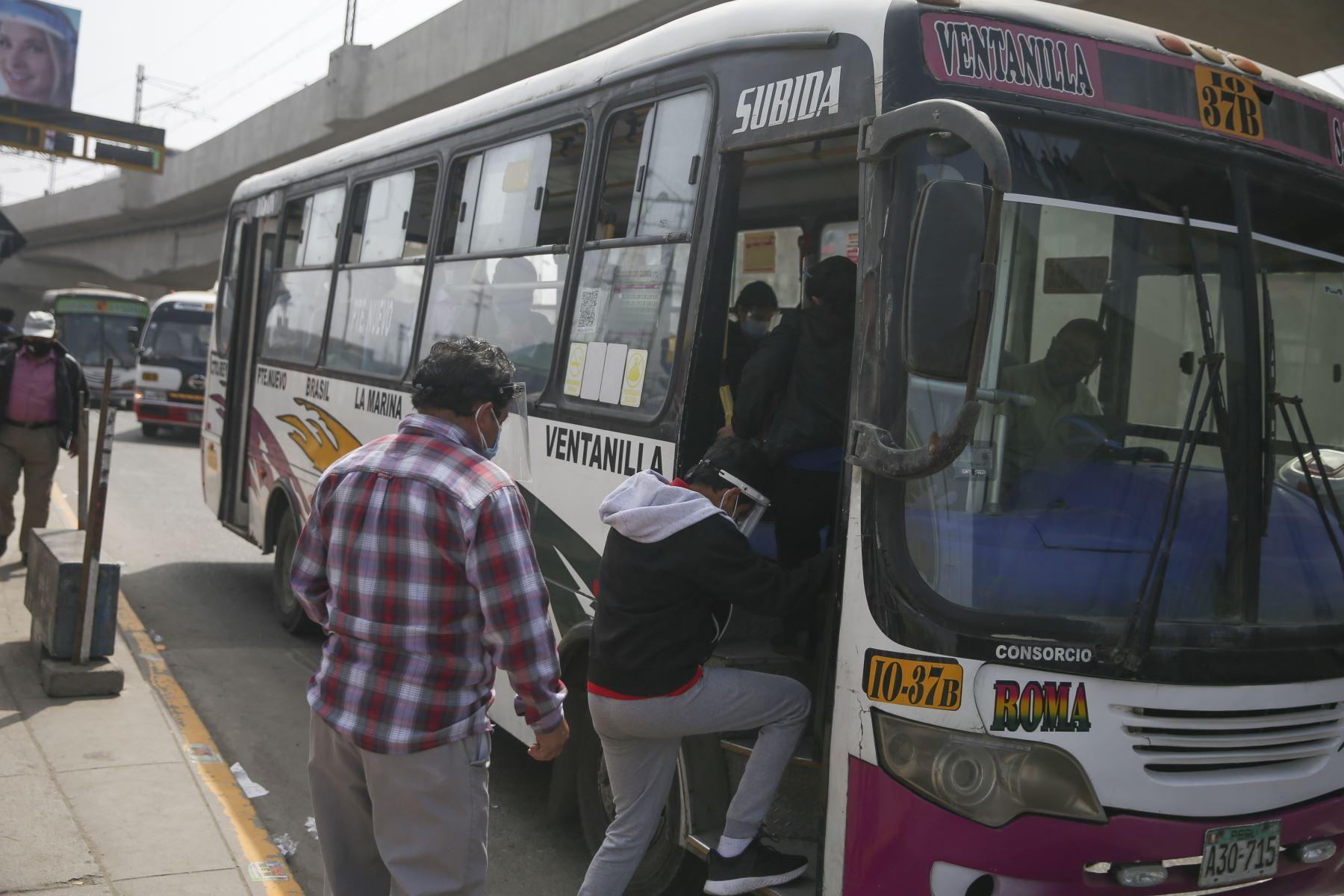 Un grupo de personas aborda el bus en un paradero de San Juan de Lurigancho. Foto: ANDINA/Jhonel Rodríguez