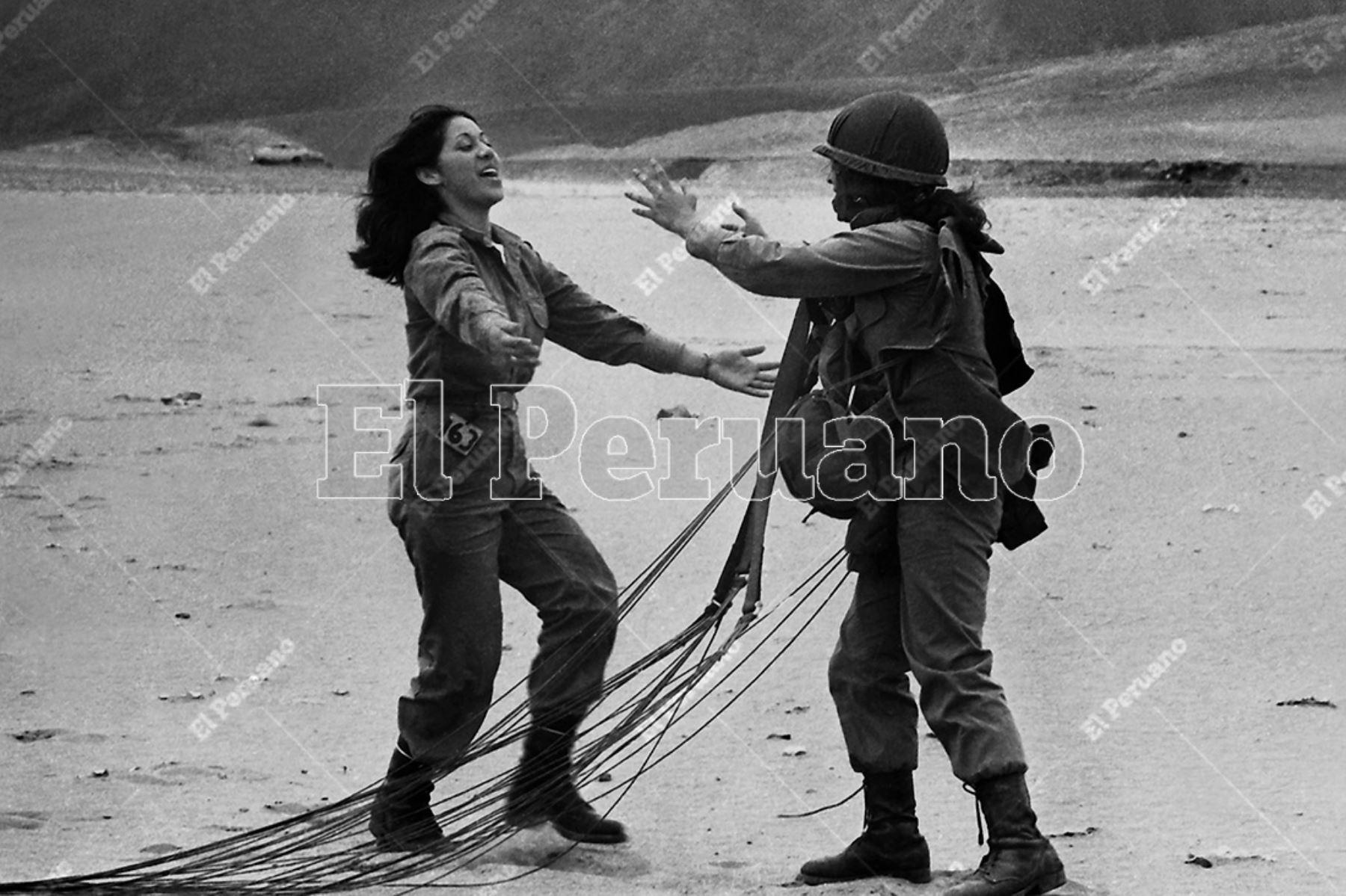 Lima - 25 setiembre 1975. Dos paracaidistas se saludan luego de tocar tierra. La primera promoción femenina de la Escuela de Paracaidistas del Ejército  efectuó con éxito el tercer salto, salto de graduación. Archivo Histórico de El Peruano / Rómulo Luján