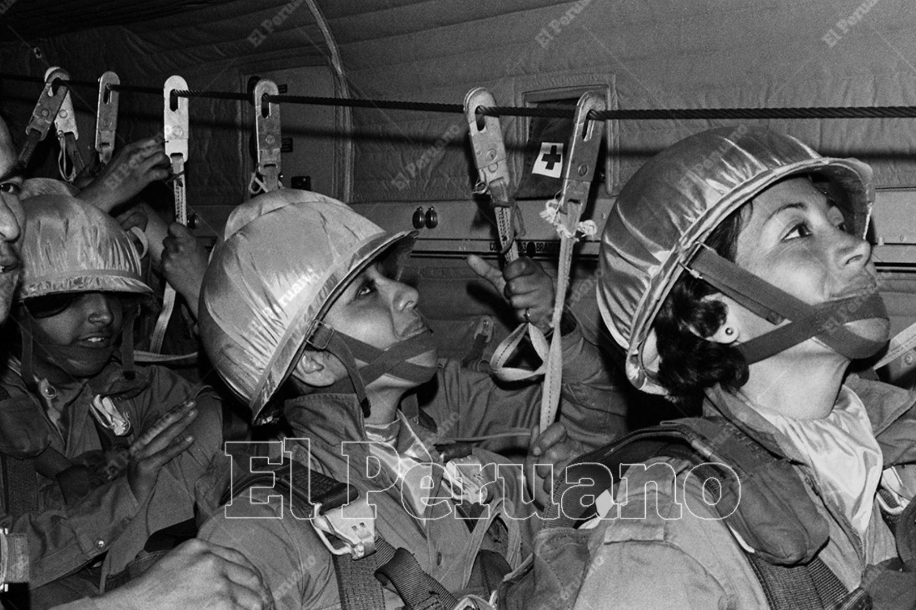 """Lima - 23 setiembre 1975. A la voz de """"¡Enganchen!"""" todas fueron desapareciendo por la rampa de la cola del avión. Era el segundo salto de la primera promoción femenina de la Escuela de Paracaidistas del Ejército. Foto: Archivo Histórico de El Peruano"""