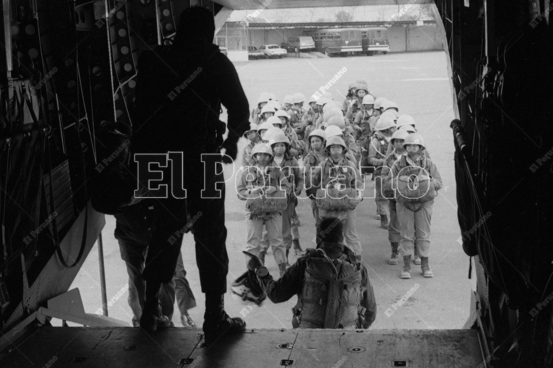 Lima - 23 setiembre 1975. Integrantes de la primera promoción femenina de paracaidismo militar del Ejército Peruano se alistan  para su segundo salto en Lomo de Corvina, Villa El Salvador. Foto: Archivo Histórico de El Peruano
