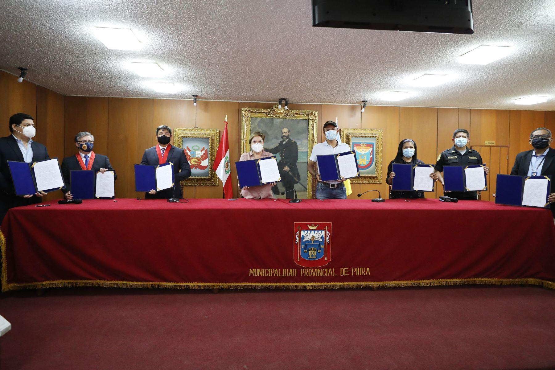 Ministra de la Mujer, Rosario Sasieta, suscribió Acta de Intención con autoridades piuranas. Foto: MIMP