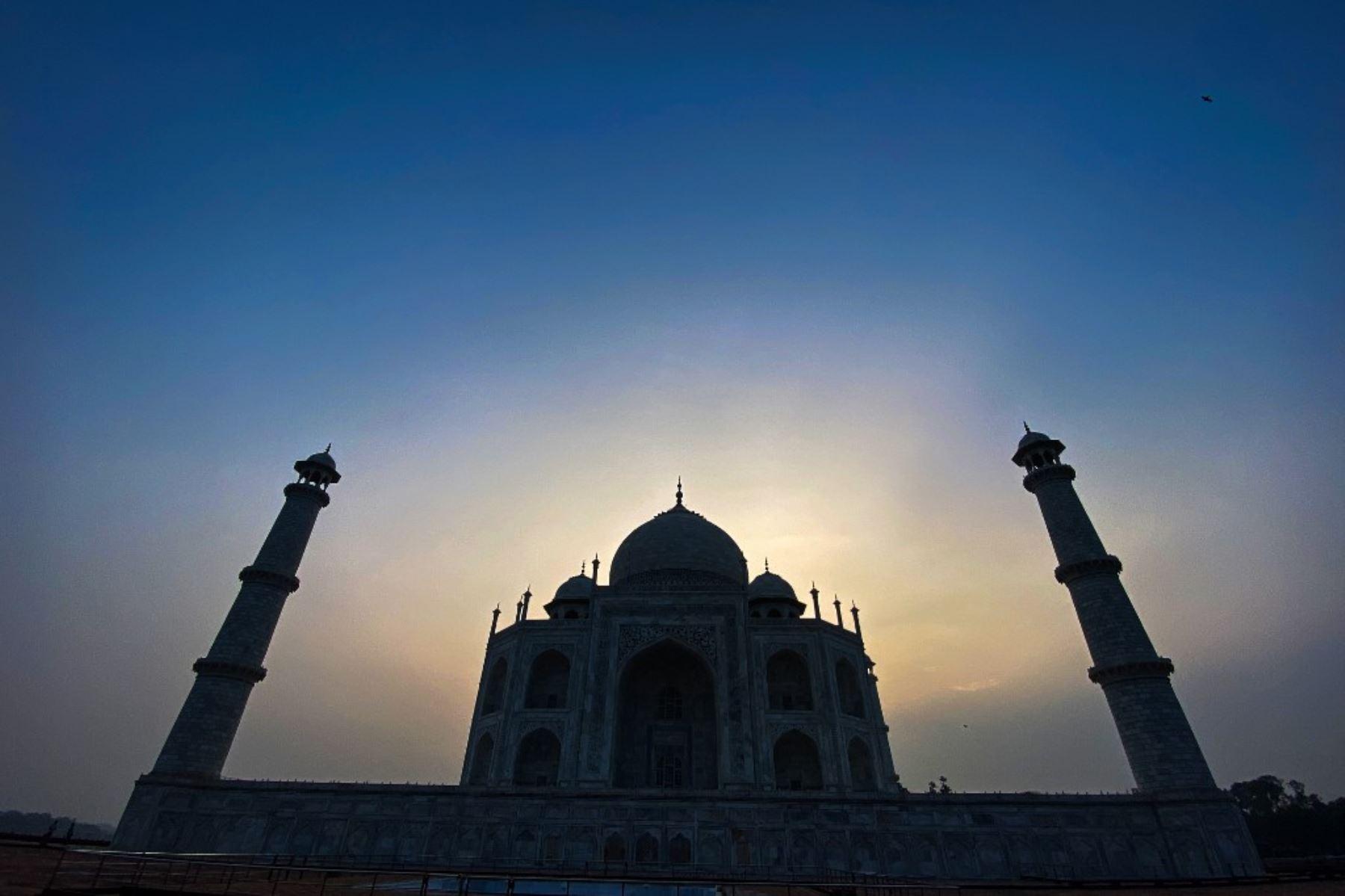 La India reabrió este lunes al público su icónico Taj Mahal, que ha permanecido cerrado durante seis meses a causa de la pandemia y a pesar de que el número de contagios por coronavirus no deja de aumentar en el país. Foto: AFP