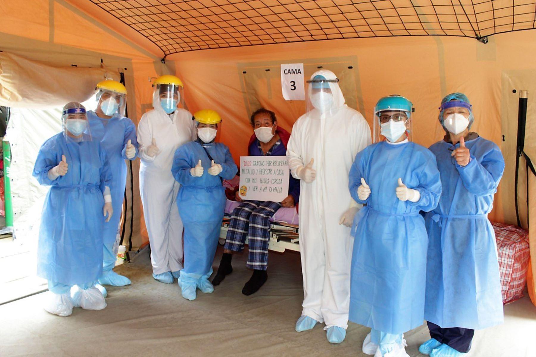 Personal y pacientes del área covid-19 del hospital La Caleta de Chimbote. ANDINA/Difusión
