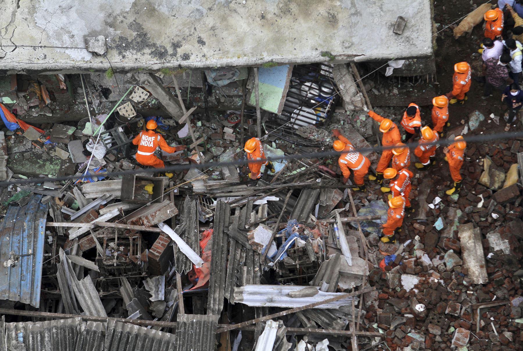 Rescatistas buscan sobrevivientes entre los escombros de un edificio residencial de tres pisos colapsado, en Bhiwandi, India. Foto: AFP