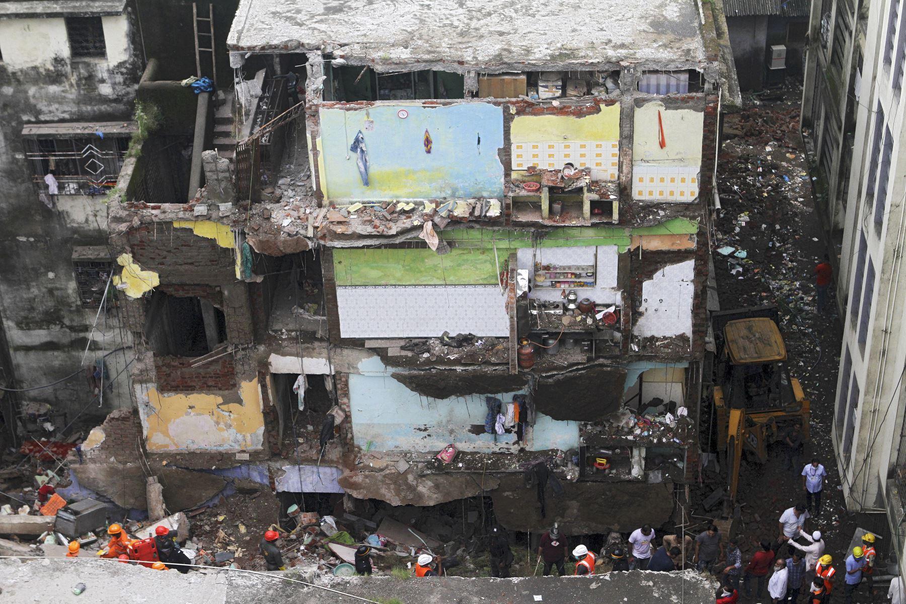 Los rescatistas buscan sobrevivientes entre los escombros de un edificio residencial de tres pisos colapsado en Bhiwandi, India. Foto: AFP