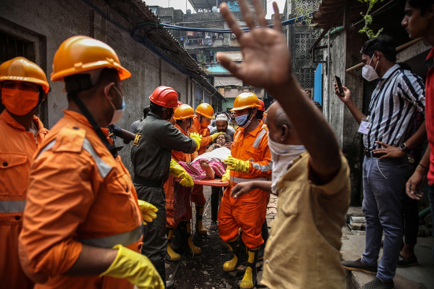 Personal de la Fuerza Nacional de Respuesta a Desastres (NDRF) rescata a un sobreviviente tras el colapso de un edificio residencial en Bhiwandi, India. Foto: EFE