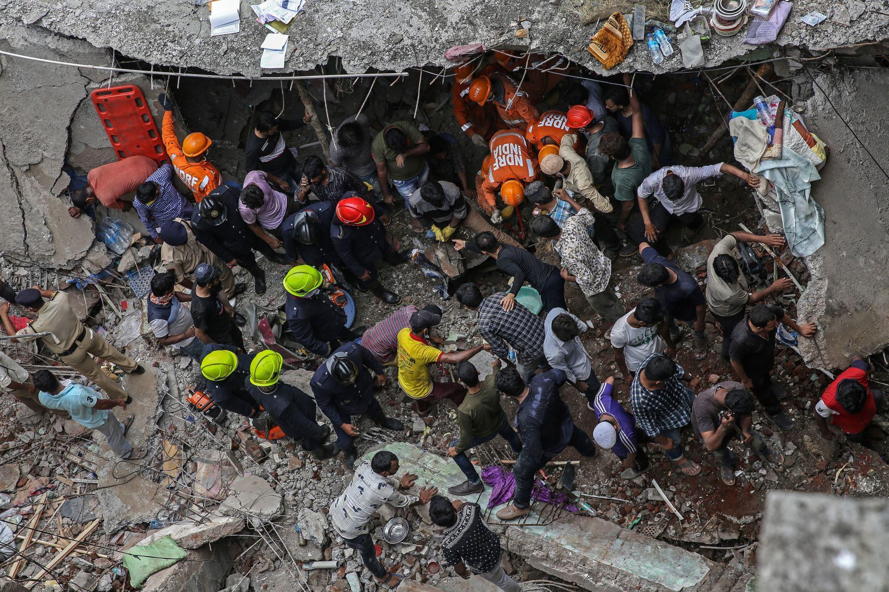 Las personas se reúnen para limpiar los escombros tras el colapso de un edificio residencial en Bhiwandi, en las afueras de Mumbai, India. Foto: EFE