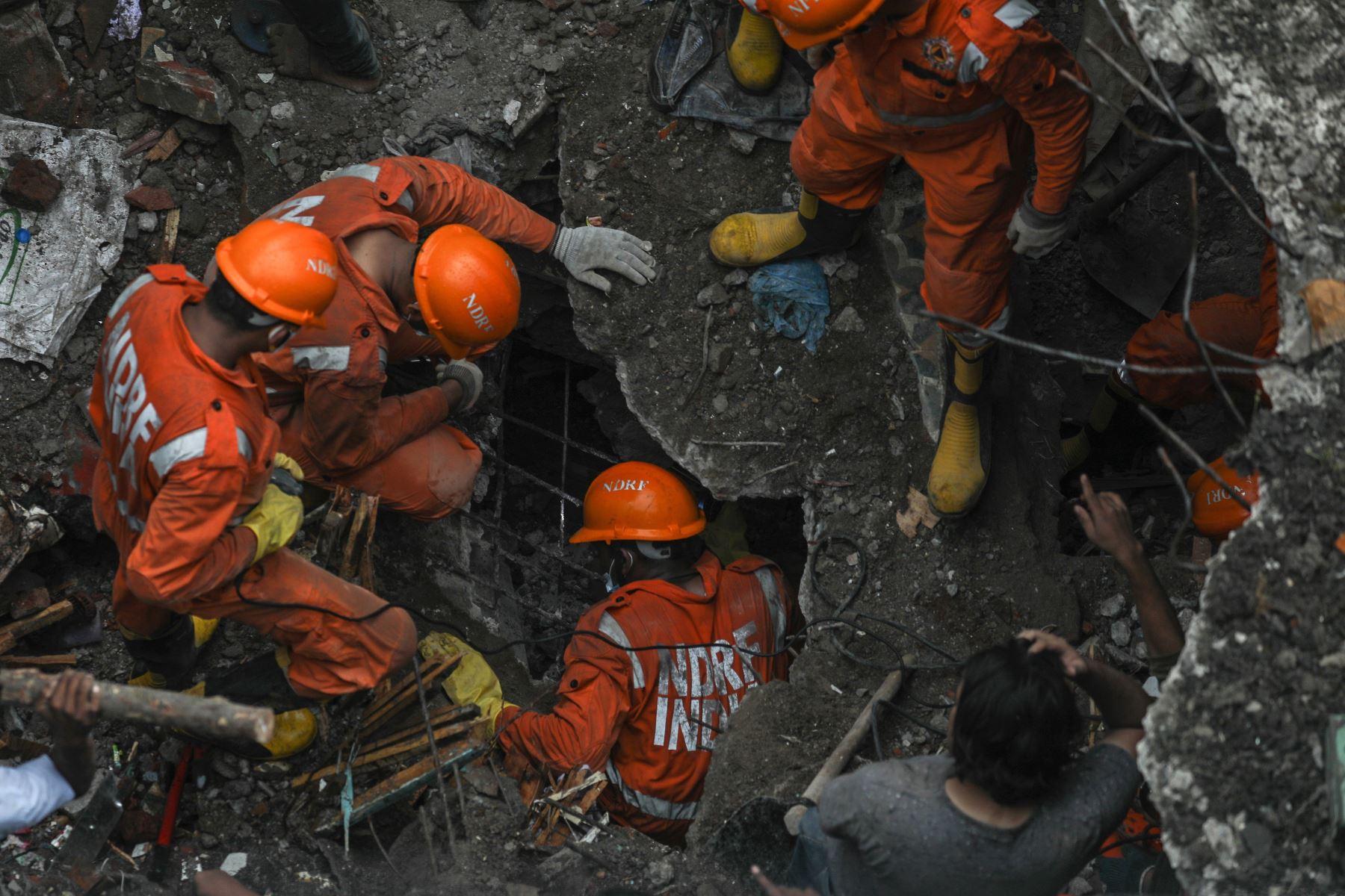 El personal de la Fuerza Nacional de Respuesta a Desastres (NDRF) rescata sobrevivientes tras el colapso de un edificio residencial en Bhiwandi, en las afueras de Mumbai, India. Foto: EFE