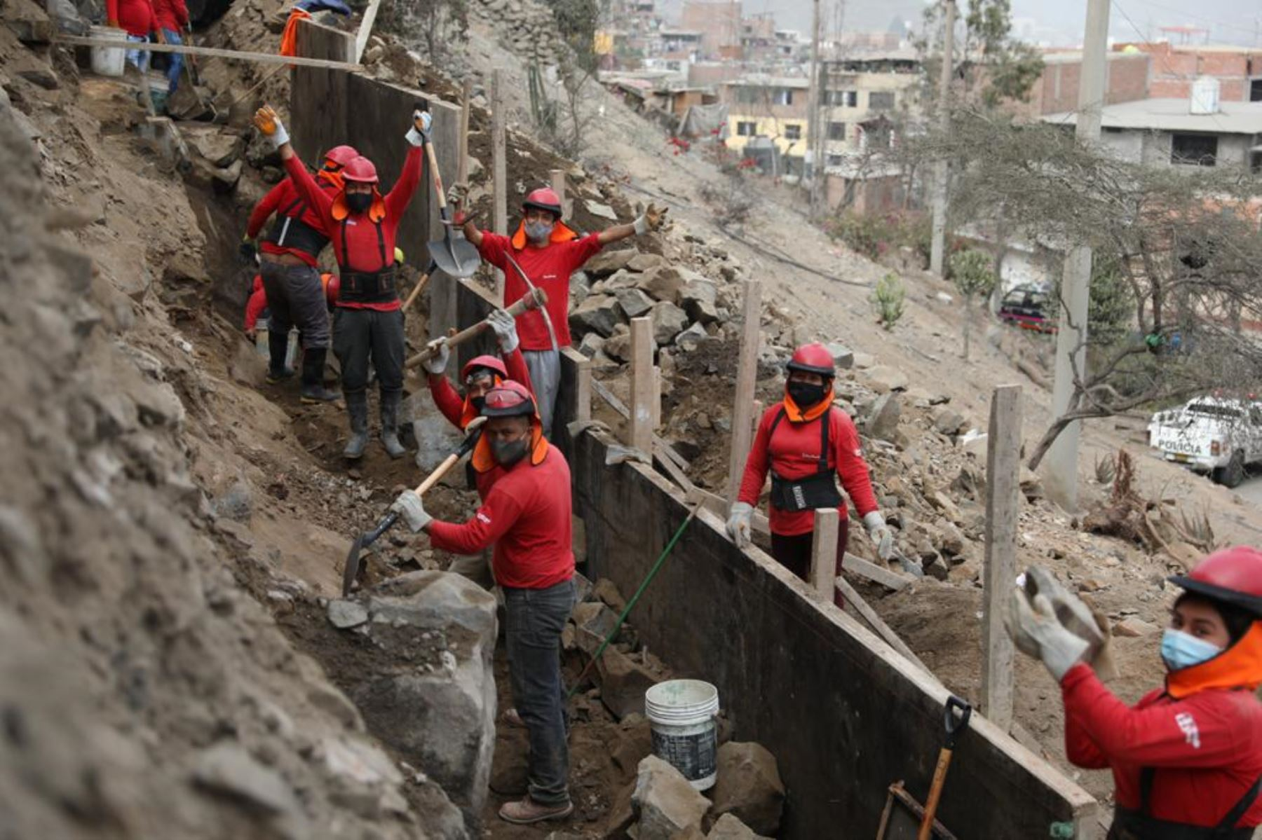El ministro de Trabajo, Javier Palacios Gallegos, supervisa proyectos de infraestructura que se desarrollan en el distrito de Independencia, en el marco del programa 'Trabaja Perú', que brinda empleo temporal a las personas en situación de vulnerabilidad.  Foto ANDINA/Ministerio de Trabajo