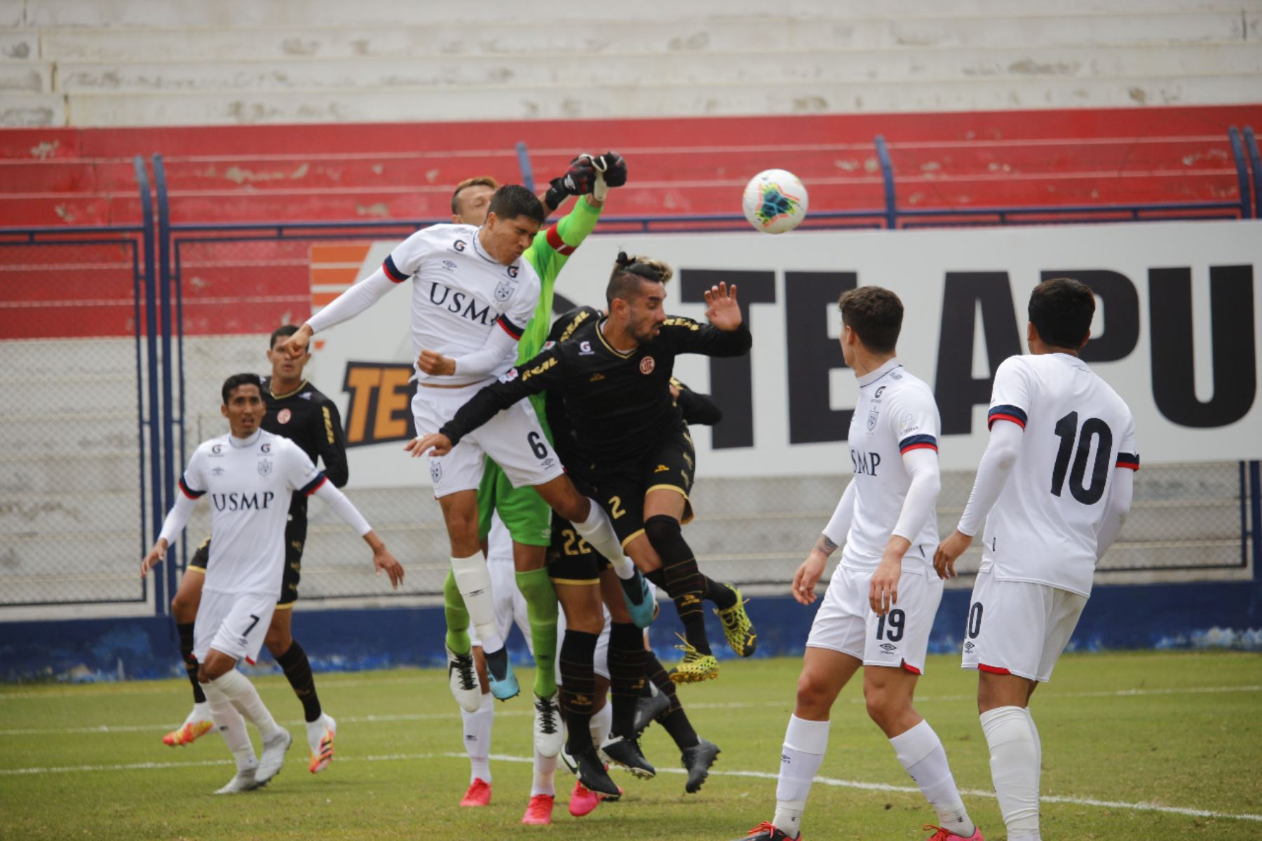 El futbolista D. Ojeda del Club UTC se enfrenta a J. Félix de la Universidad San Martín por la jornada 13 de la Liga 1, en el estadio Iván Elías Moreno. Foto: @LigaFutProf