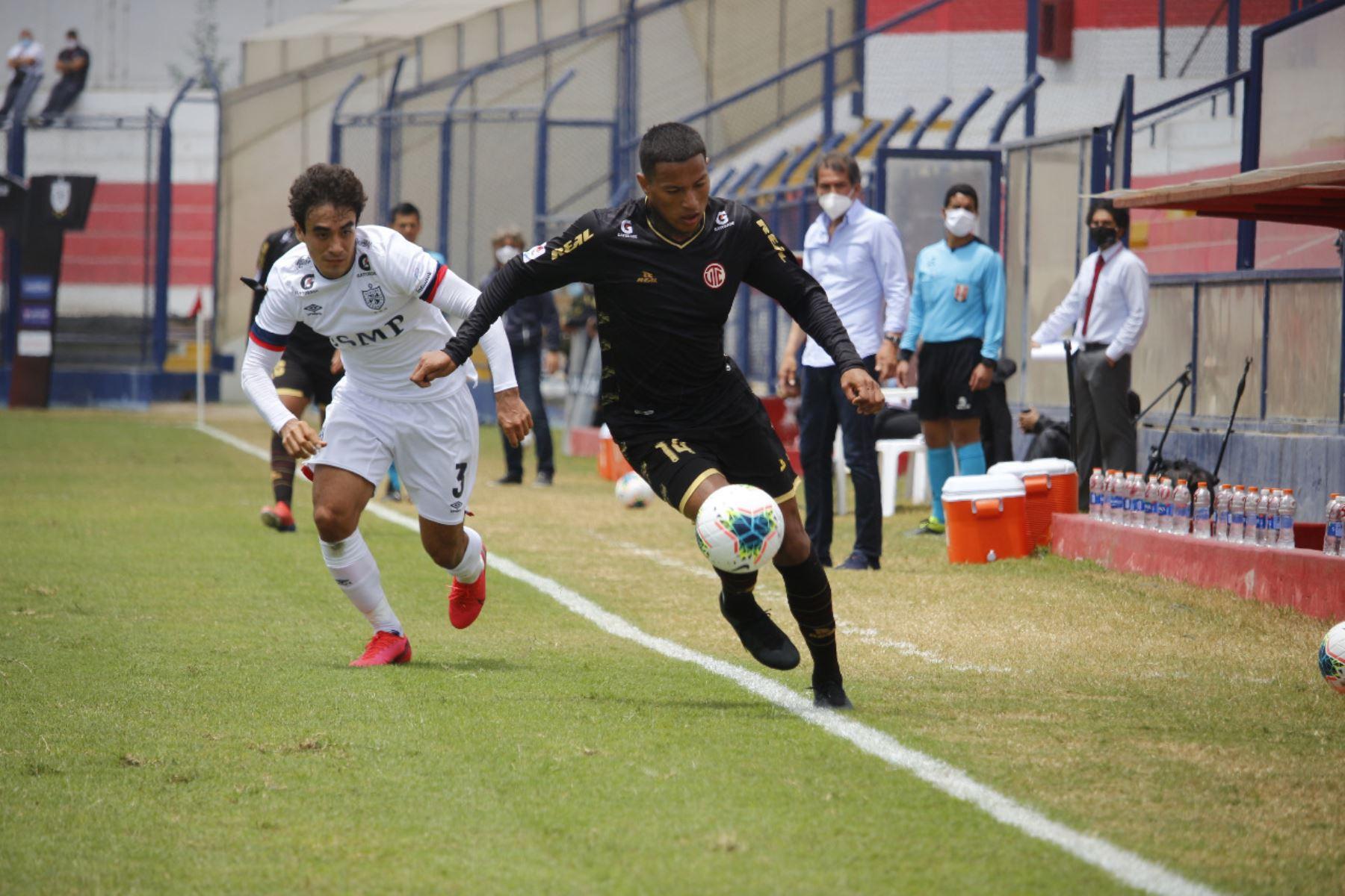 El futbolista E. Oliva del Club UTC se enfrenta a C. Vaásquez de la Universidad San Martín por la jornada 13 de la Liga 1, en el estadio Iván Elías Moreno. Foto: @LigaFutProf