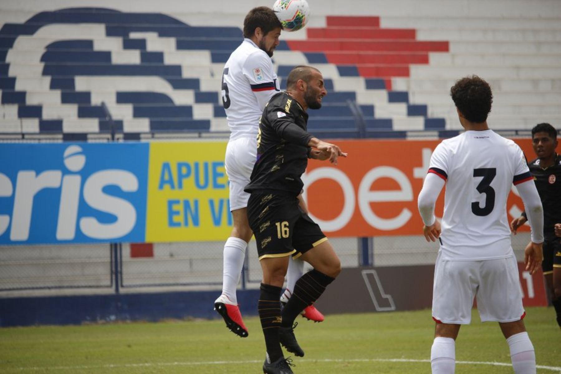 El futbolista M. Guevgeozián del Club UTC se enfrenta por el balón a su rival de la Universidad San Martín por la jornada 13 de la Liga 1, en el estadio Iván Elías Moreno. Foto: @LigaFutProf
