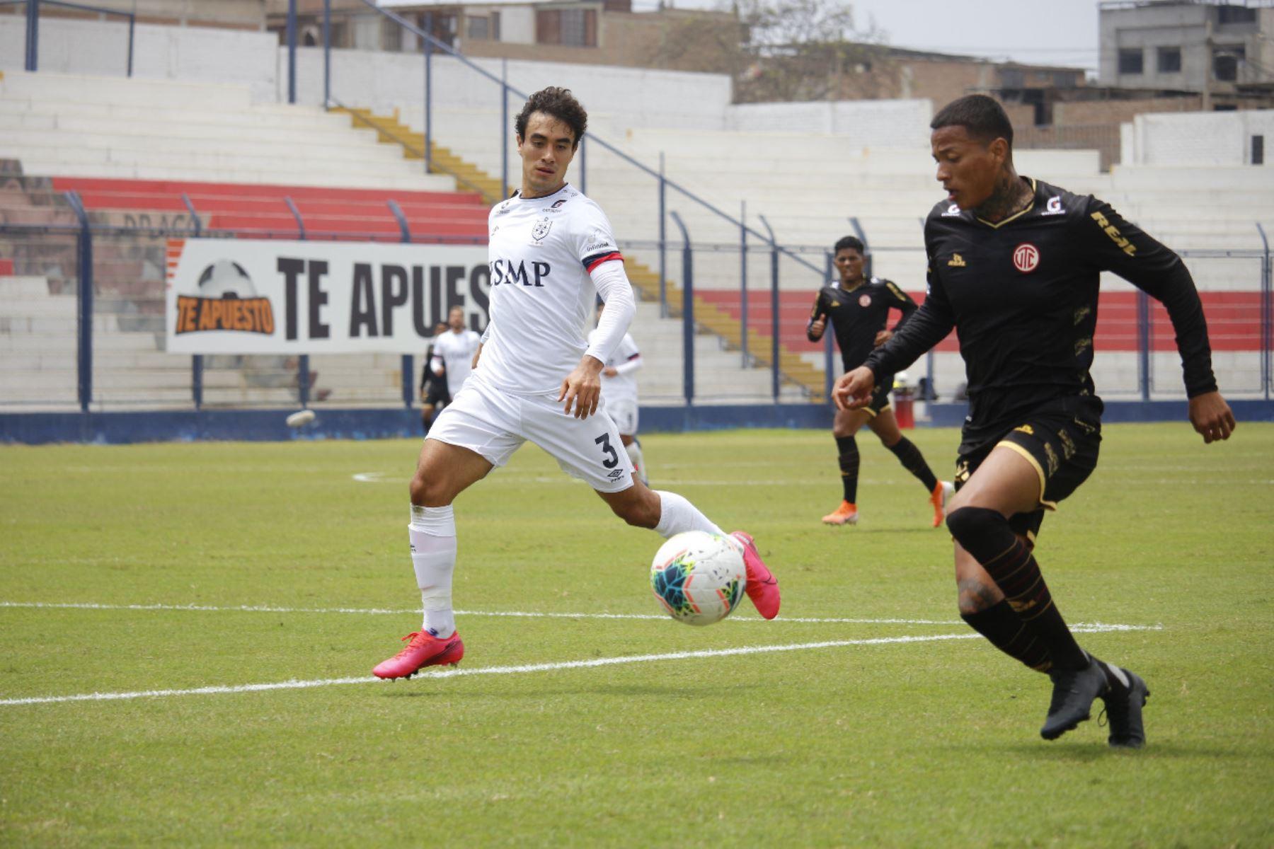 El futbolista L. Garro de la Universidad San Martín se enfrenta a su rival del Club UTC por la jornada 13 de la Liga 1, en el estadio Iván Elías Moreno. Foto: @LigaFutProf