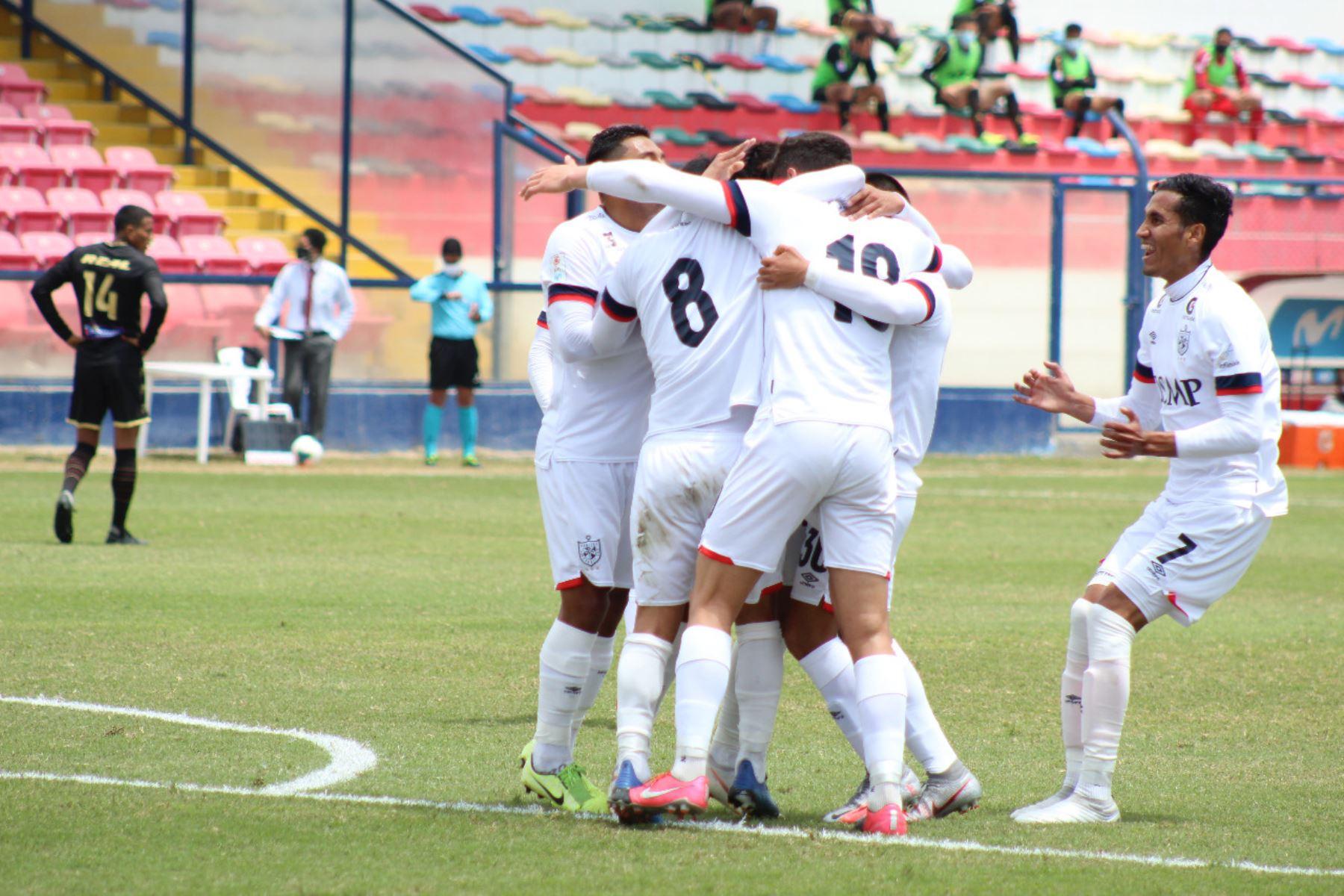 El futbolista Luis Garro del la Universidad San Martín celebra junto a sus compañeros tras anotar el empate a UTC de Cajamarca por la jornada 13 de la Liga 1. Foto: @LigaFutProf